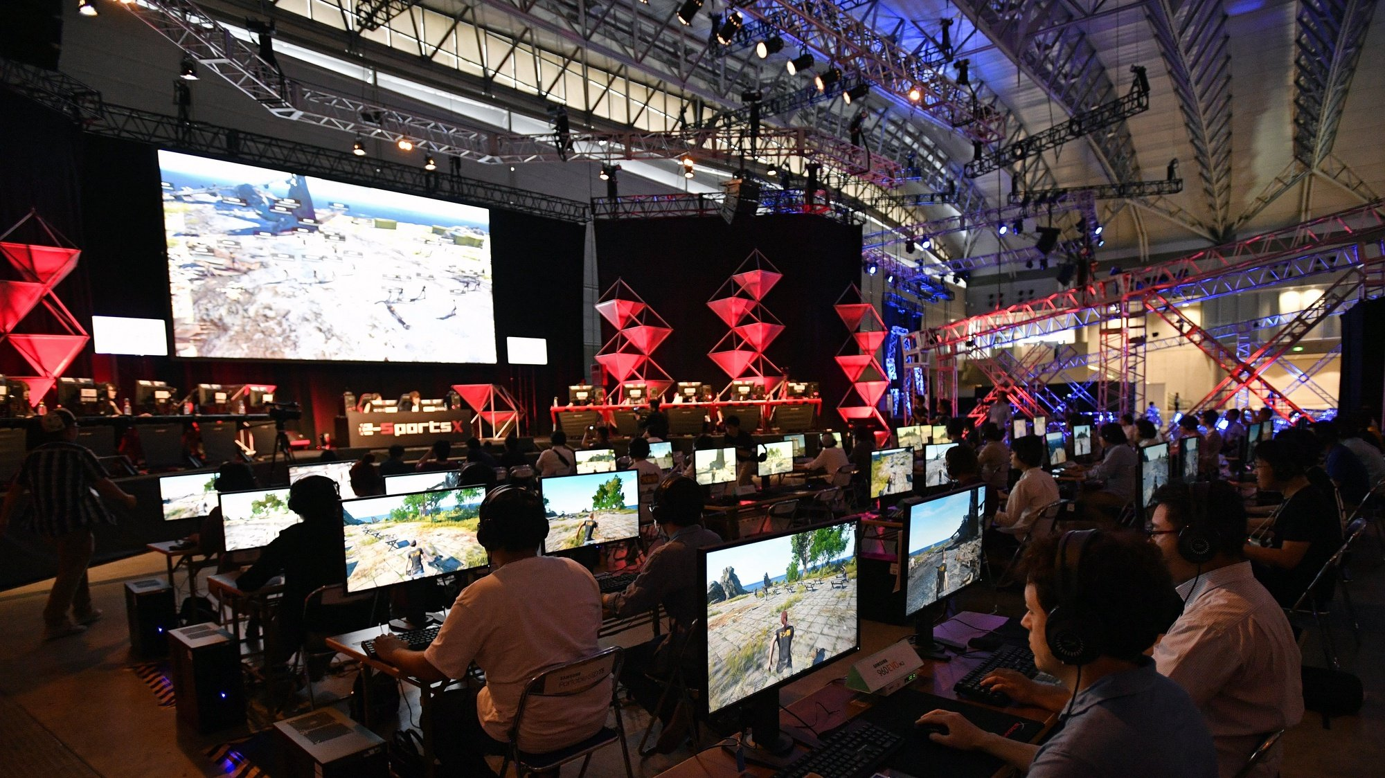 epa06217119 Visitors play at an eSports competition during the Tokyo Game Show 2017 at Makuhari Messe in Chiba, east of Tokyo, Japan, 21 September 2017. Asia's largest gaming event opened with 609 companies and organizations from 36 countries and regions exhibiting at the game show.  EPA/FRANCK ROBICHON