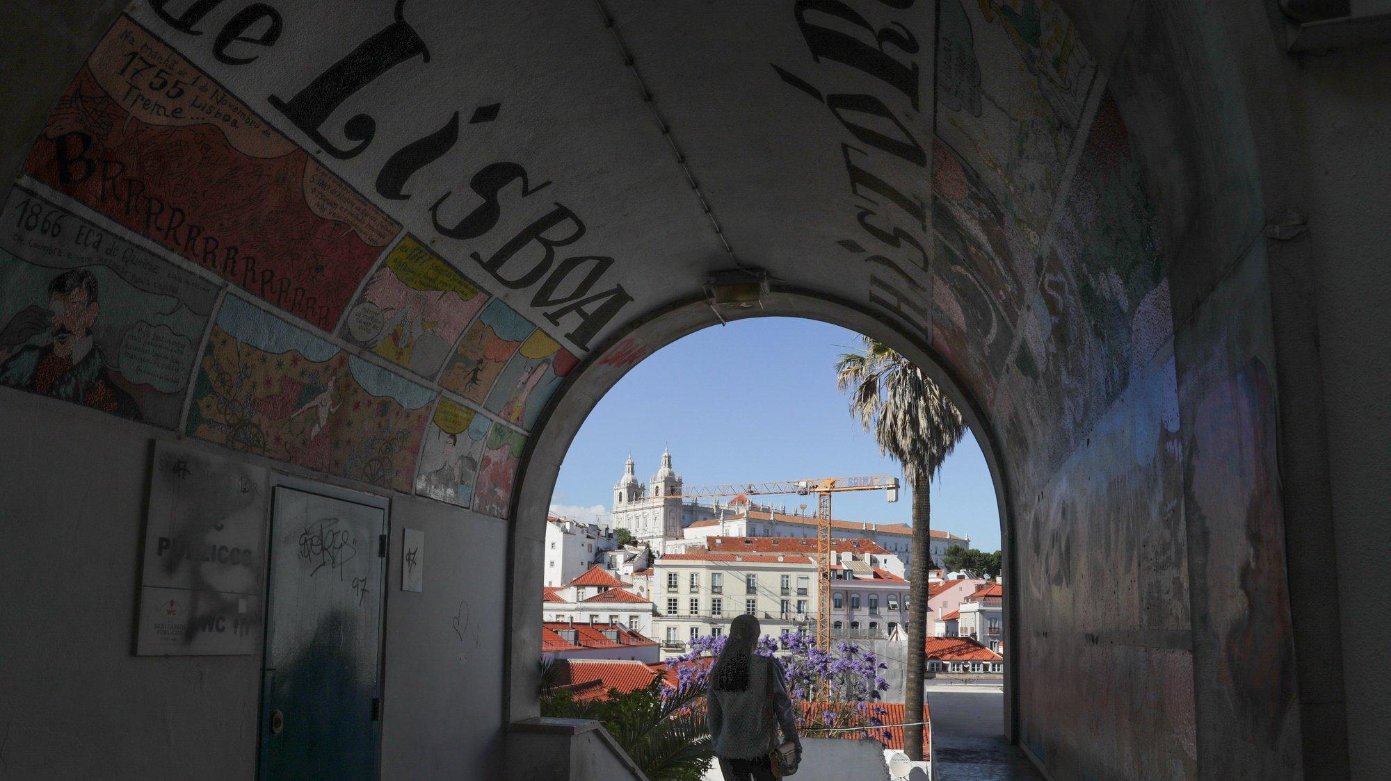 Uma mulher passa numa rua de Alfama, em Lisboa, 03 de junho de 2020. Os habitantes que restam em Alfama reencontraram o seu bairro sem turistas devido à pandemia da covid-19, mas lamentam o cancelamento das marchas e festas populares do Santo António. (ACOMPANHA TEXTO DA LUSA DO DIA 07 DE JUNHO DE 2020). TIAGO PETINGA/LUSA