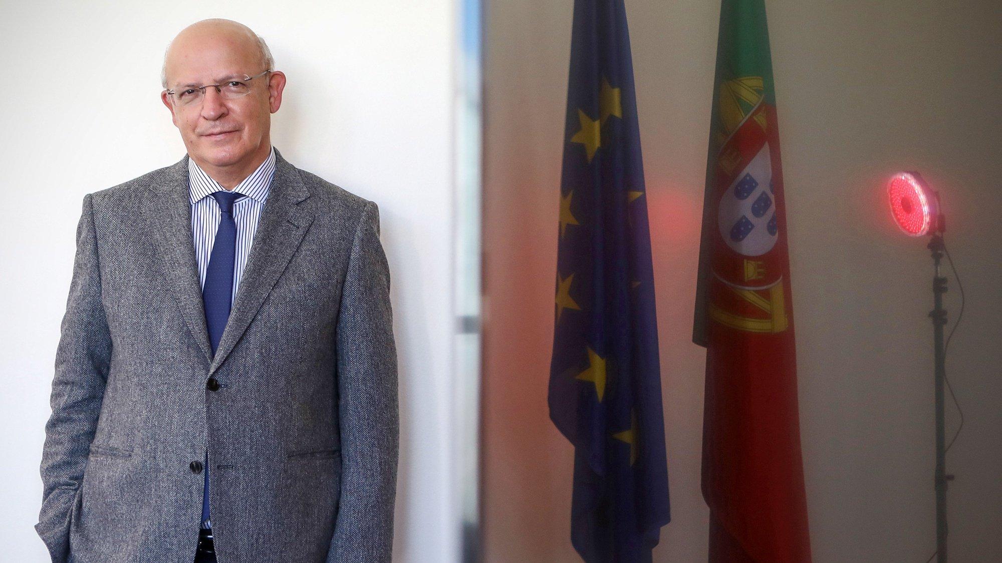 O ministro dos Negócios Estrangeiros, Augusto Santos Silva, posa para a fotografia durante uma entrevista no Centro Cultural de Belém, no âmbito da Presidência da União Europeia (PPUE2021) que Portugal assumirá no dia 1 de janeiro de 2021, sucedendo à Alemanha, em Lisboa, 15 de dezembro de 2020. (ACOMPANHA TEXTO DE 16/12/2020)  ANTÓNIO PEDRO SANTOS/LUSA