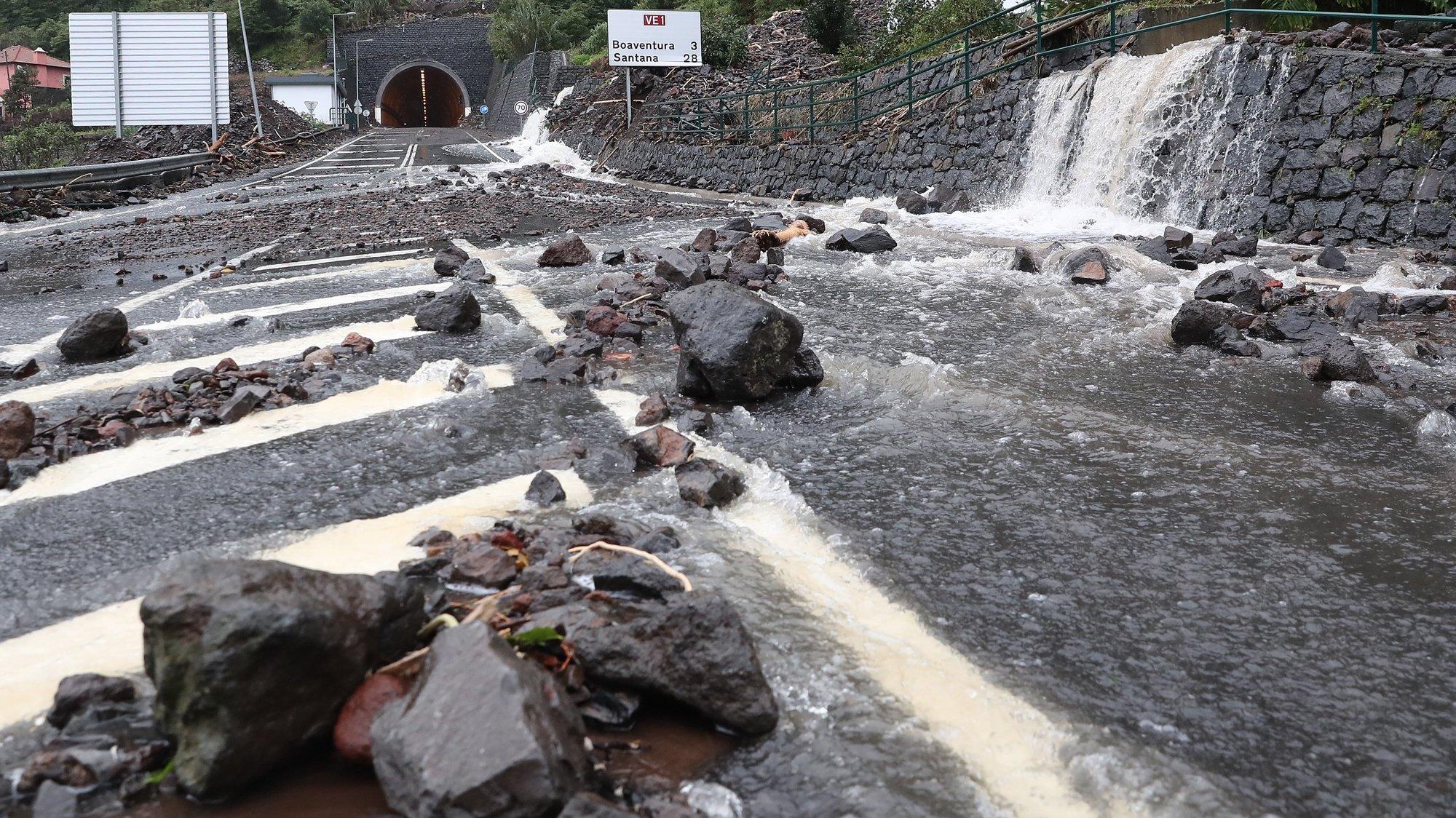 O temporal que se abateu no dia de Natal na costa norte da Madeira provocou diversos estragos, nomeadamente ao nivel da rede viaria em Boaventura e Ponta Delgada, em São Vicente, 26 de dezembro de 2020, HOMEM DE GOUVEIA/LUSA