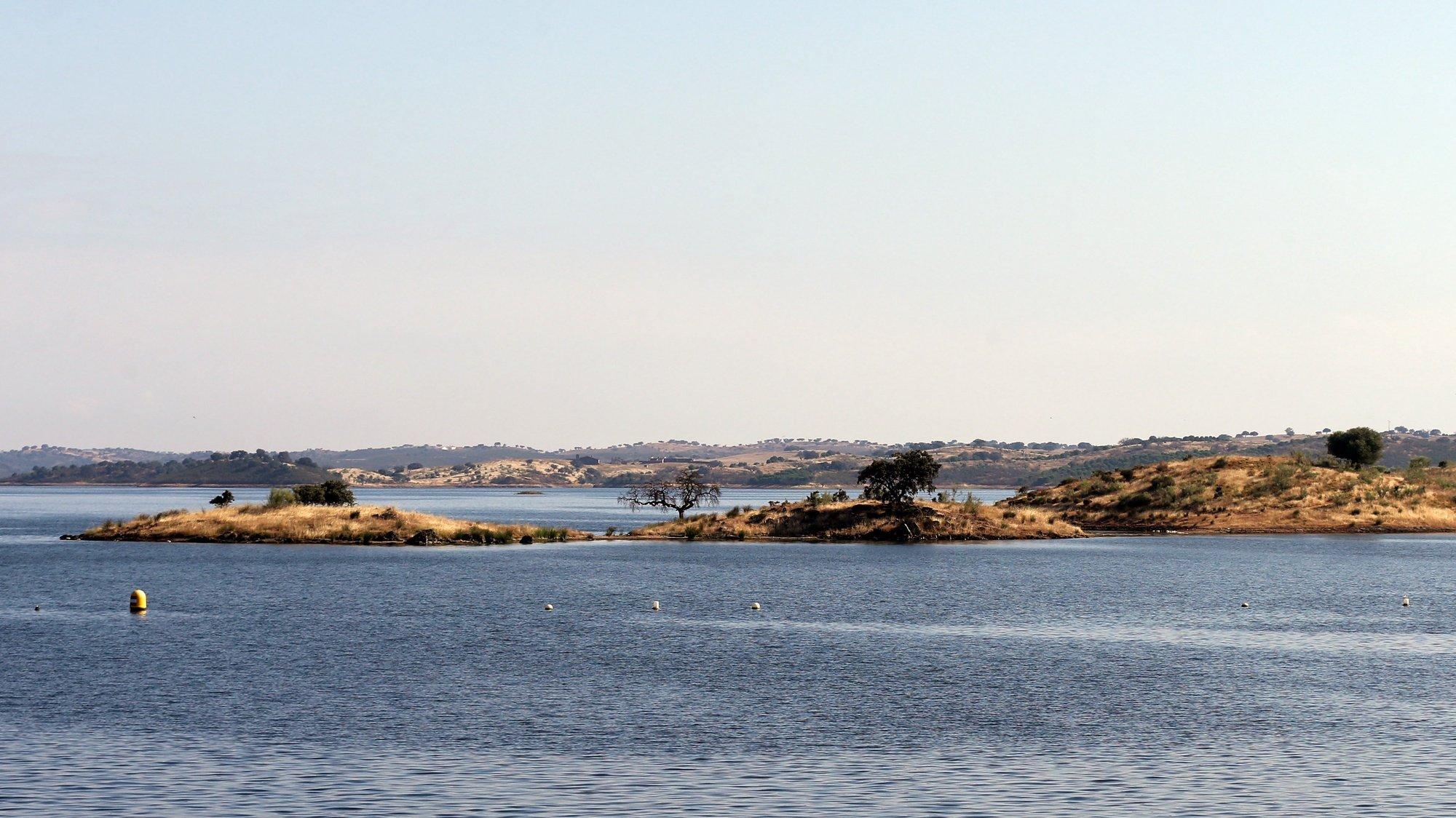 Perspetiva do lago da Barragem de Alqueva, que está hoje a acerca de 90% da sua capacidade, a apenas dois metros da sua quota máxima. Moura, 03 de julho de 2018. NUNO VEIGA/LUSA