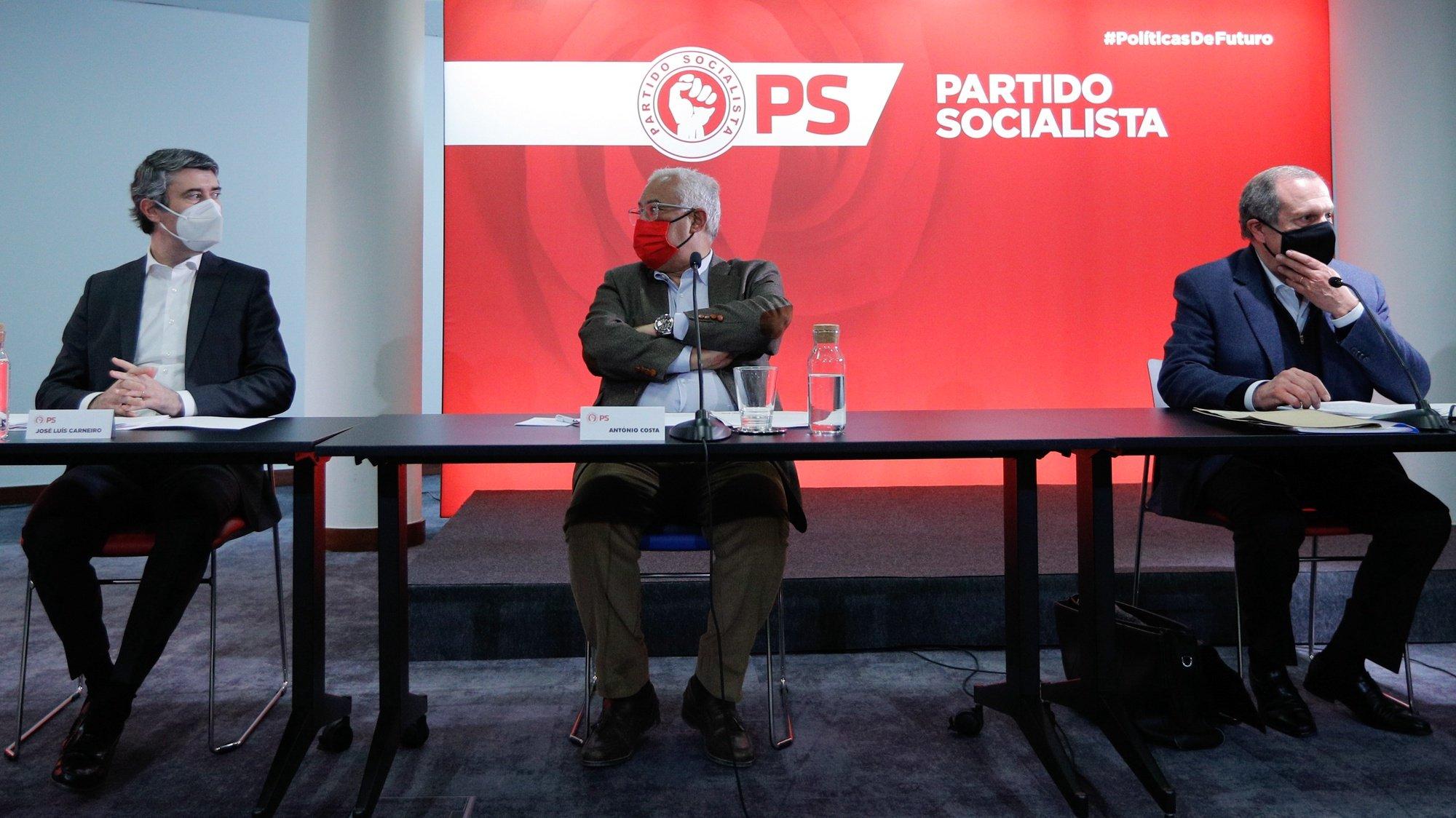 O secretário-geral do Partido Socialista (PS) , António Costa (C), ladeado por José Luis Carneiro (E), e pelo presidente do partido, Carlos César (D), durante a reunião da Comissão Nacional do PS, para aprovar a data e as alterações ao regulamento do XXIII Congresso, previsto para 10 e 11 de julho, bem como as datas da eleição do secretário-geral e da presidente das Mulheres Socialistas, em Lisboa, 20 de março de 2021. ANTÓNIO COTRIM/LUSA