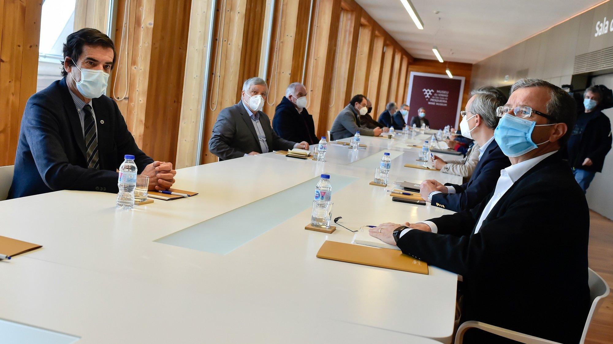 O autarca do Porto Rui Moreira (E), esta manhã durante a reunião de autarcas eleitos por movimentos independentes para discutir as alterações à lei autárquica, em São João da Pesqueira, 27 de Fevereiro de 2021. NUNO ANDRÉ FERREIRA/LUSA