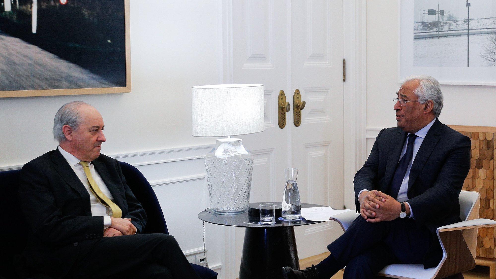 O primeiro-ministro, António Costa (D), conversa com uma delegação do Partido Social Democrata (PSD), liderada por Rui Rio (E), no âmbito das audiências com os partidos com representação parlamentar, na residência oficial de São Bento, em Lisboa, 29 de abril de 2020. O primeiro-ministro recebe hoje os nove partidos políticos com assento parlamentar para uma ronda de audições sobre o calendário e plano de retoma, que será anunciado quinta-feira. ANTÓNIO COTRIM /LUSA