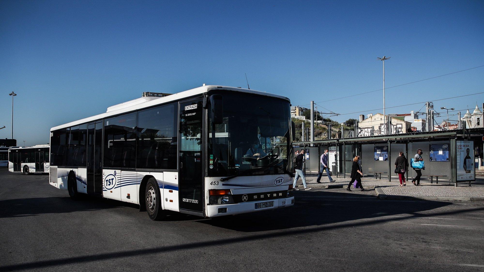 Utentes à saída de um autocarro dos Transportes Sul do Tejo (TST), em Cacilhas, Almada, 20 de maio de 2020. O transporte rodoviário foi reforçado com a entrada do segunda fase do desconfinamento devido à pandemia da covid-19, apesar disso as carreiras continuam com poucas pessoas o que contrasta com a grande utilização dos transportes fluviais da Transtejo/Soflusa. (ACOMPANHA TEXTO). MÁRIO CRUZ/LUSA