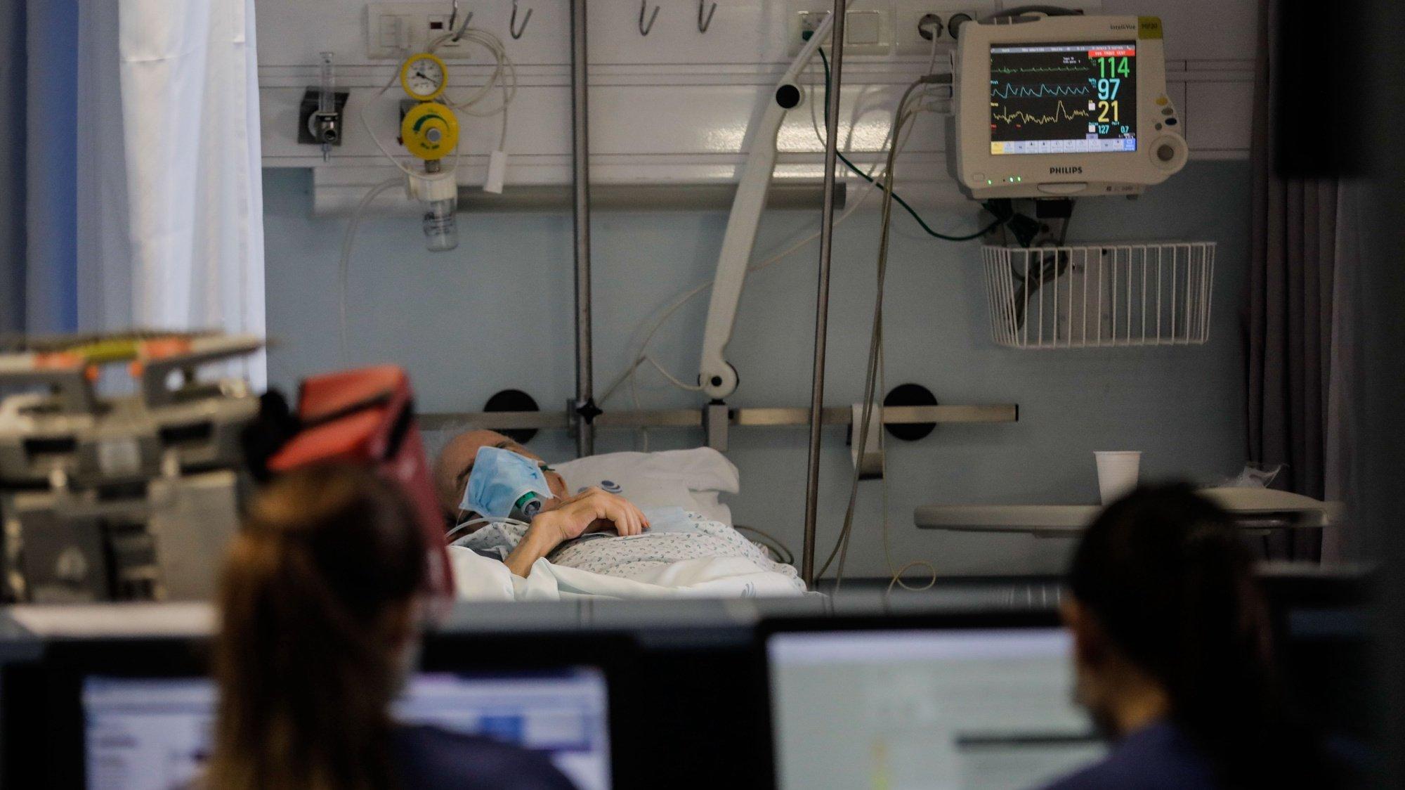 Profissionais de saúde trabalham na urgência do Hospital Geral dos Covões transformado numa unidade dedicada a doentes covid-19, onde funciona a Urgência, Cuidados Intensivos e Enfermaria de Cuidados Intermédios , 22 maio 2020 em Coimbra. (ACOMPANHA TEXTO DO DIA 25 MAIO 2020).   PAULO CUNHA /LUSA