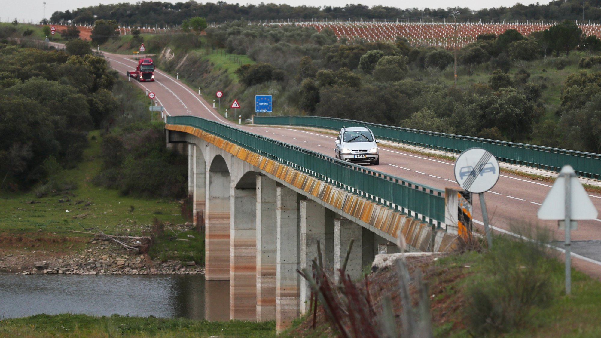 Veículos circulam na ponte da Ajuda (Elvas) que faz a ligação Portugal - Espanha, no acesso a Olivença, Elvas, 16 de março de 2020. Este acesso de fronteira a Espanha é um dos que vai ficar interdito ao trânsito a partir de esta noite, pelas restrições derivadas do estado de alerta devido ao Covid-19. Segundo a Direção-Geral da Saúde (DGS), em Portugal há 331 casos de pessoas infetadas com a doença Covid-19, registando-se também um morto. NUNO VEIGA/LUSA