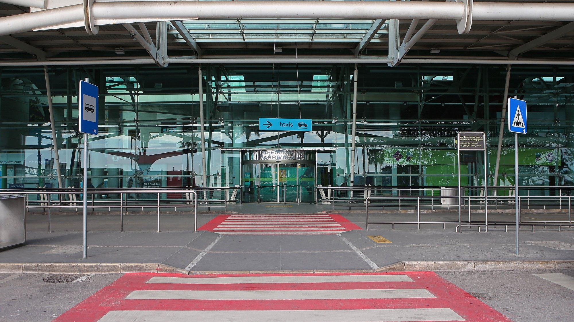 Entrada do Aeroporto Humberto Delgado, em Lisboa, 26 de abril de 2020. O terceiro estado de emergência, devido à pandemia de Covid-19, irá prolongar-se até dia 02 de maio, continuando limitada a circulação de pessoas e o confinamento obrigatório. ANTÓNIO PEDRO SANTOS/LUSA