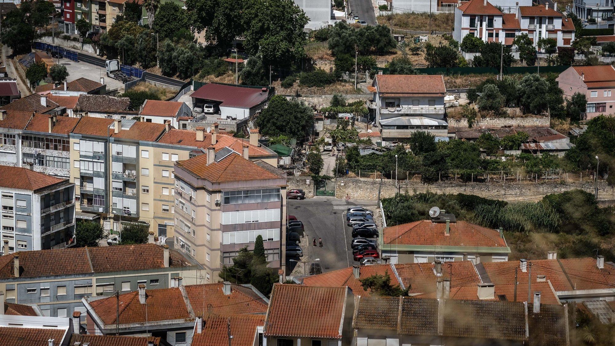 Pessoas percorrem uma rua na Apelação, Loures, 15 de julho de 2020. O governo decidiu prolongar as medidas mais restritivas para a Área Metropolitana de Lisboa devido ao número de casos de covid-19. A união de freguesias de Camarate, Apelação e Unhos encontra-se em situação de calamidade. (ACOMPANHA TEXTO DO DIA 16 DE JULHO DE 2020) MÁRIO CRUZ/LUSA
