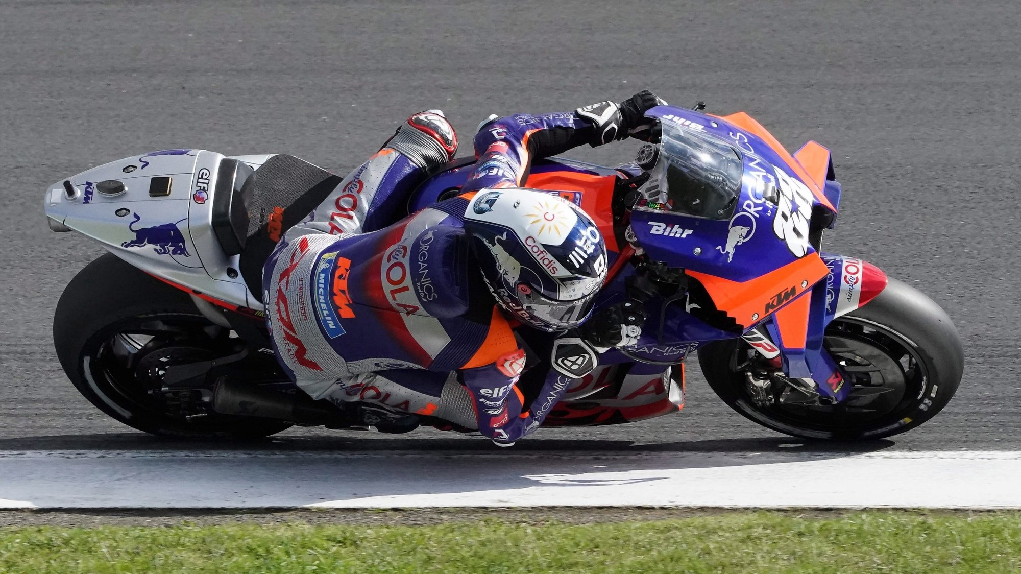 epa08734381 Portugues Moto GP rider Miguel Oliveira of Red Bull KTM Tech 3 during the Qualifying session of the French Motorcycling Grand Prix in Le Mans, France, 10 october 2020. The Motorcycling Grand Prix of France will take place on 11 October 2020.  EPA/EDDY LEMAISTRE