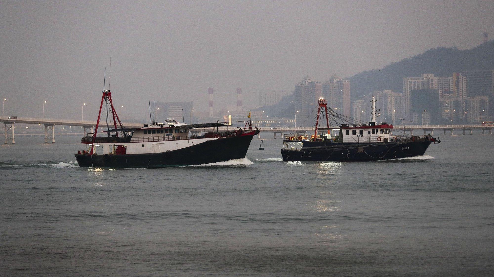 Barcos de pesca de Macau siem para a faina tendo como fundo edifícios da Taipa, Macau, China.17 de dezembro de 2019. JOÃO RELVAS/LUSA