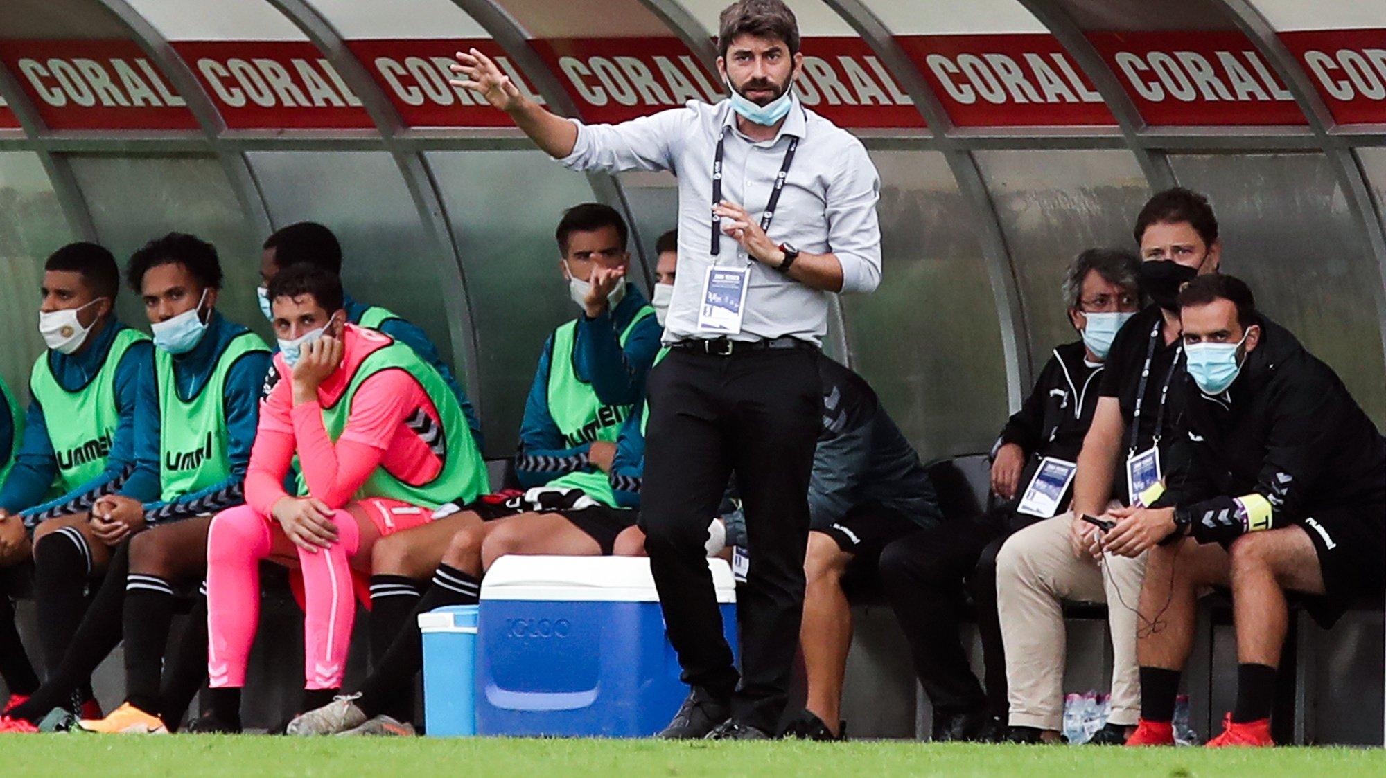 O treinador do Nacional, Luís Freire, reage durante o jogo da Primeira Liga de futebol contra o Belenenses SAD realizado no Estádio da Madeira, no Funchal, 4 de outubro de 2020, HOMEM DE GOUVEIA/LUSA