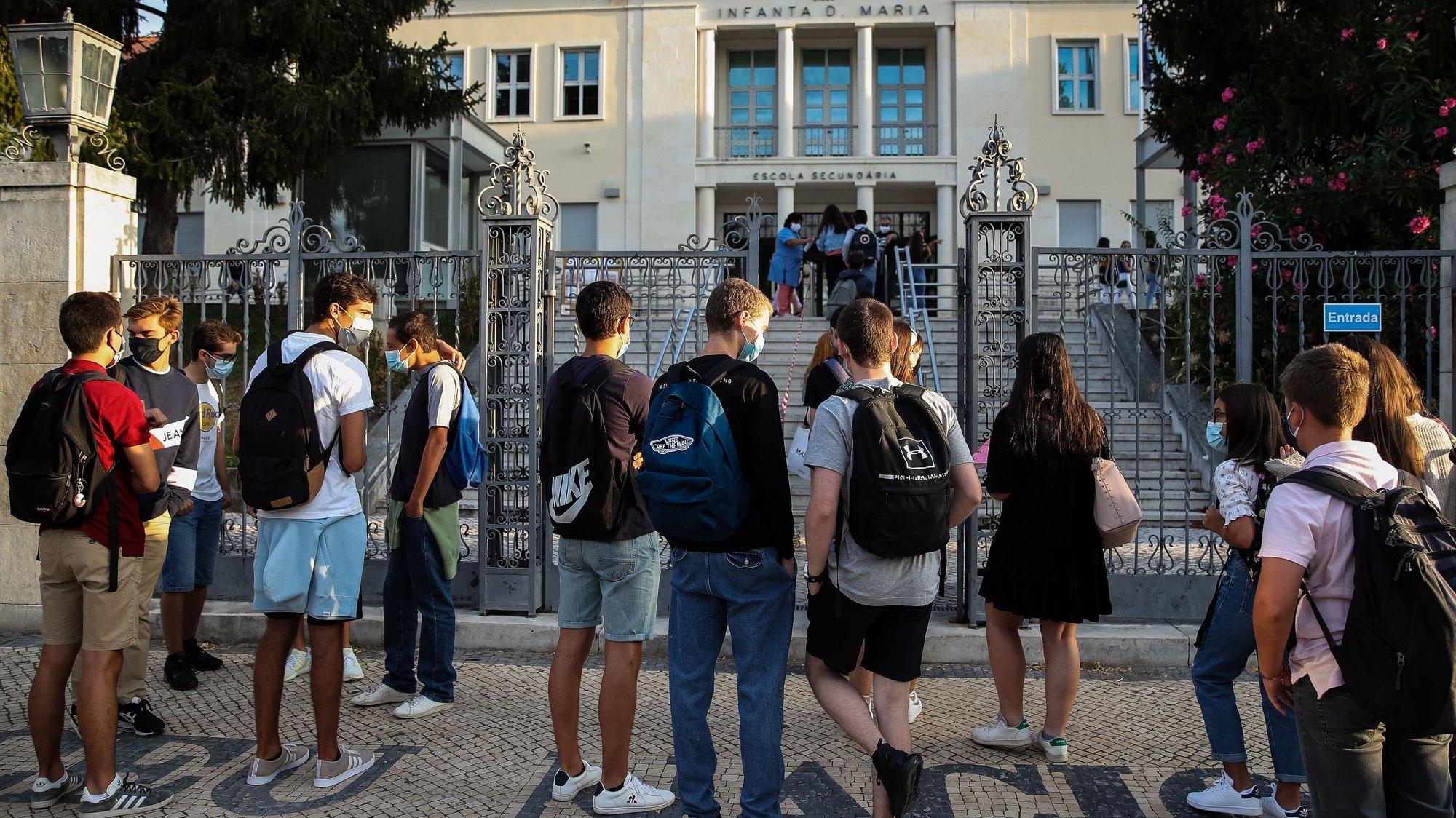 Alunos juntam-se à porta da Escola Secundária Infanta Dona Maria, no dia que assinala o regresso às aulas, com as regras no contexto de pandemia da Covid-19, em Coimbra, 17 de setembro de 2020. PAULO NOVAIS/LUSA