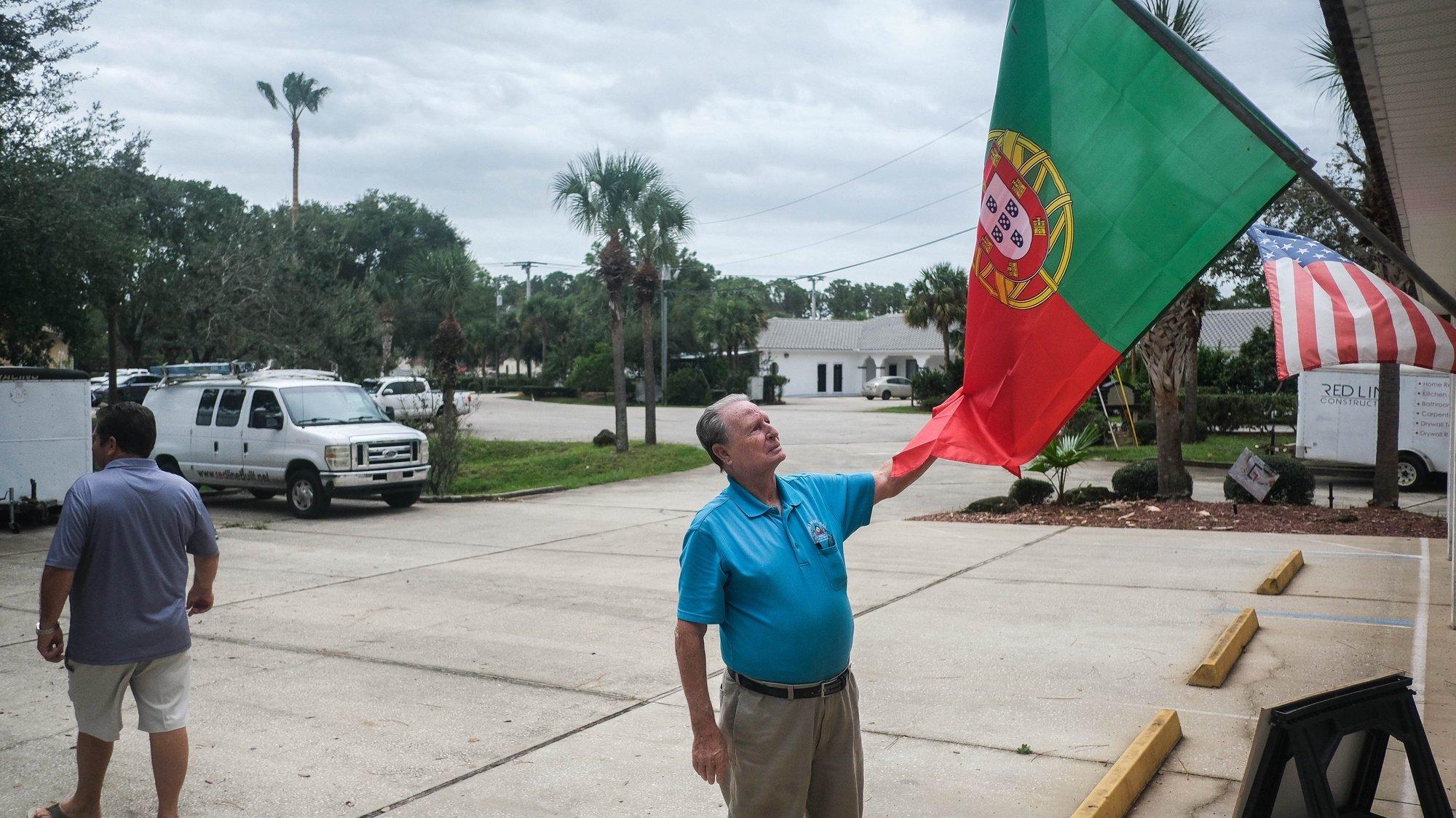 Jorge Santos coloca uma nova bandeira de Portugal na loja de produtos portugueses, em Palm Coast, Florida, Estados Unidos, 21 de outubro de 2020. Nesta cidade vive a maior comunidade portuguesa do estado da Florida constituída por cerca de 7000 pessoas, na maior parte empresários e reformados do estado de Nova Iorque. (ACOMPANHA TEXTO DO DIA 22 DE OUTUBRO DE 2020) MÁRIO CRUZ/LUSA