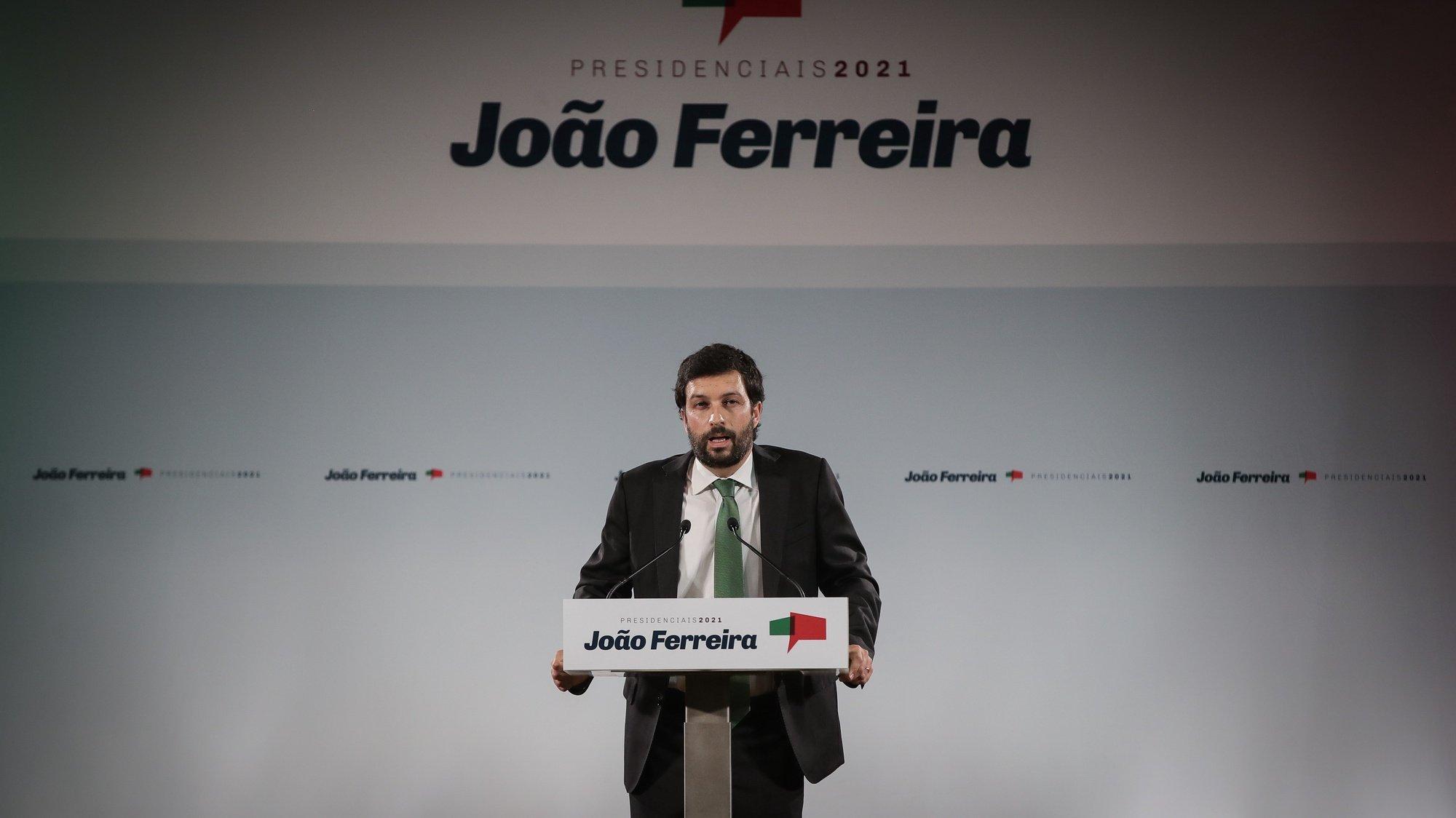 O candidato do Partido Comunista Português (PCP) às Eleições Presidenciais, João Ferreira, discursa durante a sessão de apresentação da sua candidatura, na Voz do Operário, em Lisboa, 17 de setembro de 2020. MÁRIO CRUZ/LUSA
