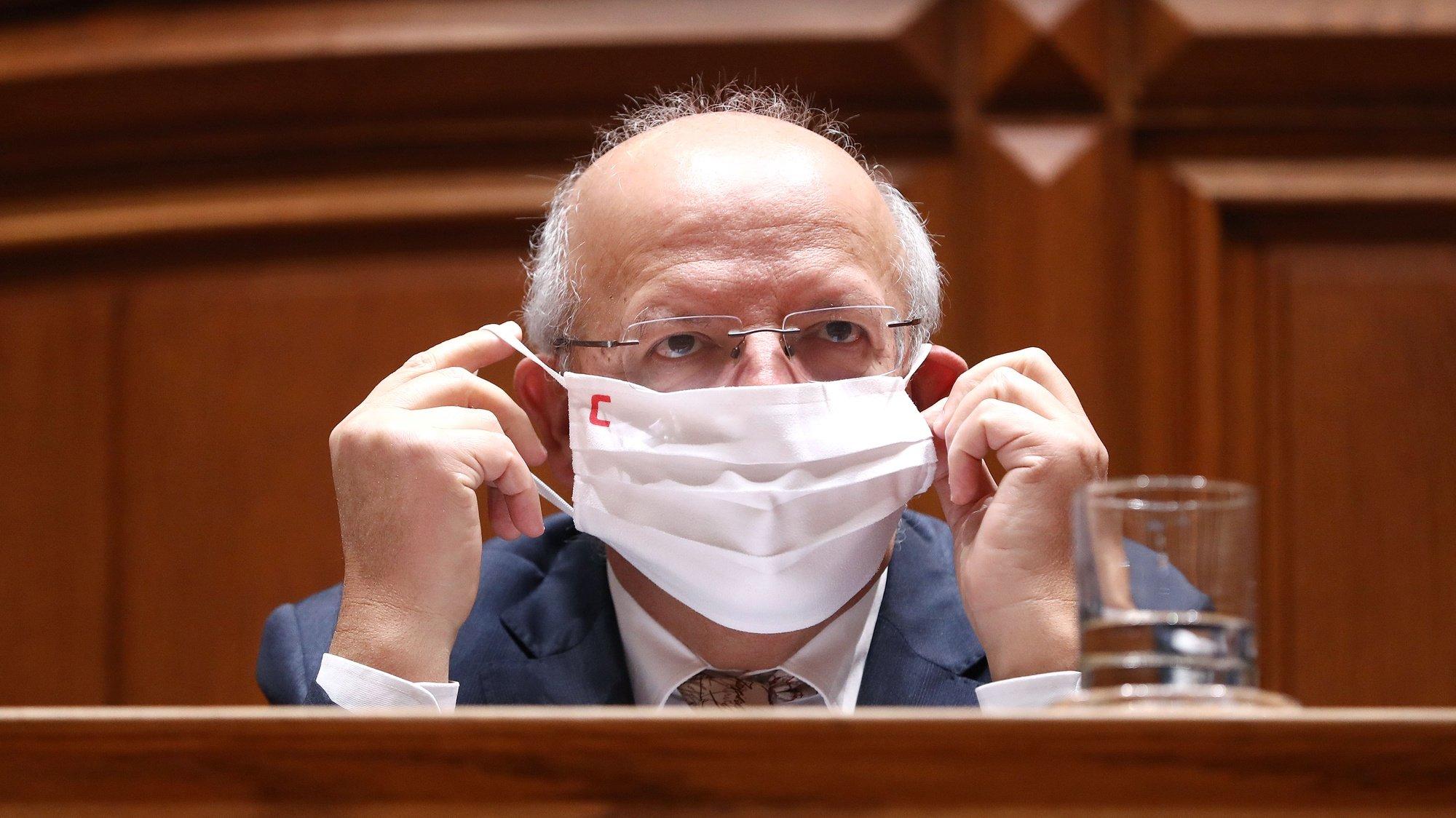 O ministro dos Negócios Estrangeiros, Augusto Santos Silva, retira a sua máscara de proteção respiratória para intervir perante a Comissão de Orçamento e Finanças (conjunta com as comissão de Negócios Estrangeiros e Comunidades Portuguesas, de Assuntos Europeus, e de Economia, Inovação, Obras Públicas e Habitação) no âmbito da apreciação, na especialidade, do Orçamento do Estado para 2021, na Assembleia da República, em Lisboa, 11 de novembro de 2020. ANTÓNIO PEDRO SANTOS/LUSA