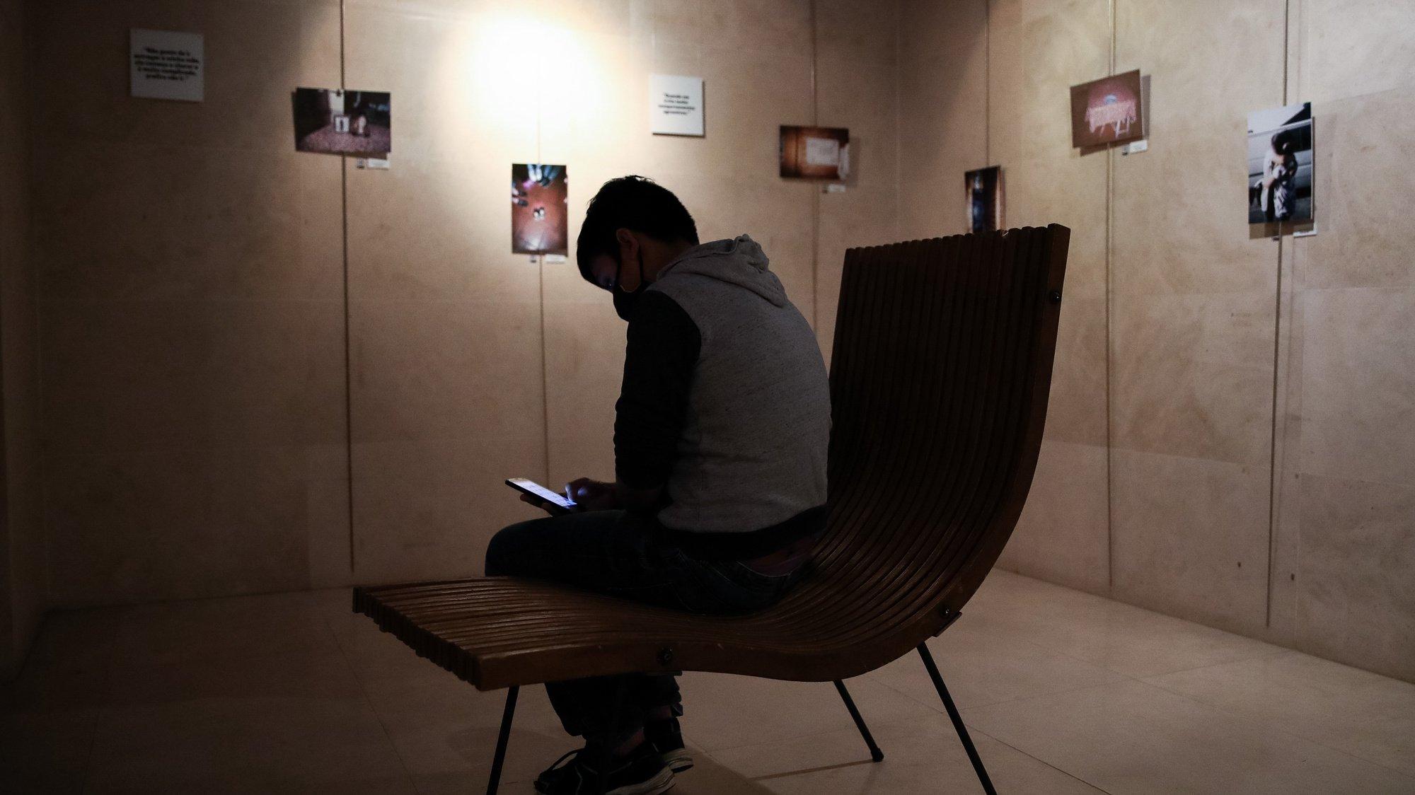 """Um dos autores durante a montagem da exposição """"Reclus@ 008"""" que faz parte de um projeto de crianças e jovens de Coimbra com pais presos que ganharam voz para mostrar como o sistema não está adaptado aos seus problemas e que é um primeiro passo de um projeto que quer mudança, no Teatro da Cerca de São Bernardo (TCSB), em Coimbra, 7 de dezembro de 2020. (ACOMPANHA TEXTO DE 9 DE DEZEMBRO DE 2020). PAULO NOVAIS/LUSA"""