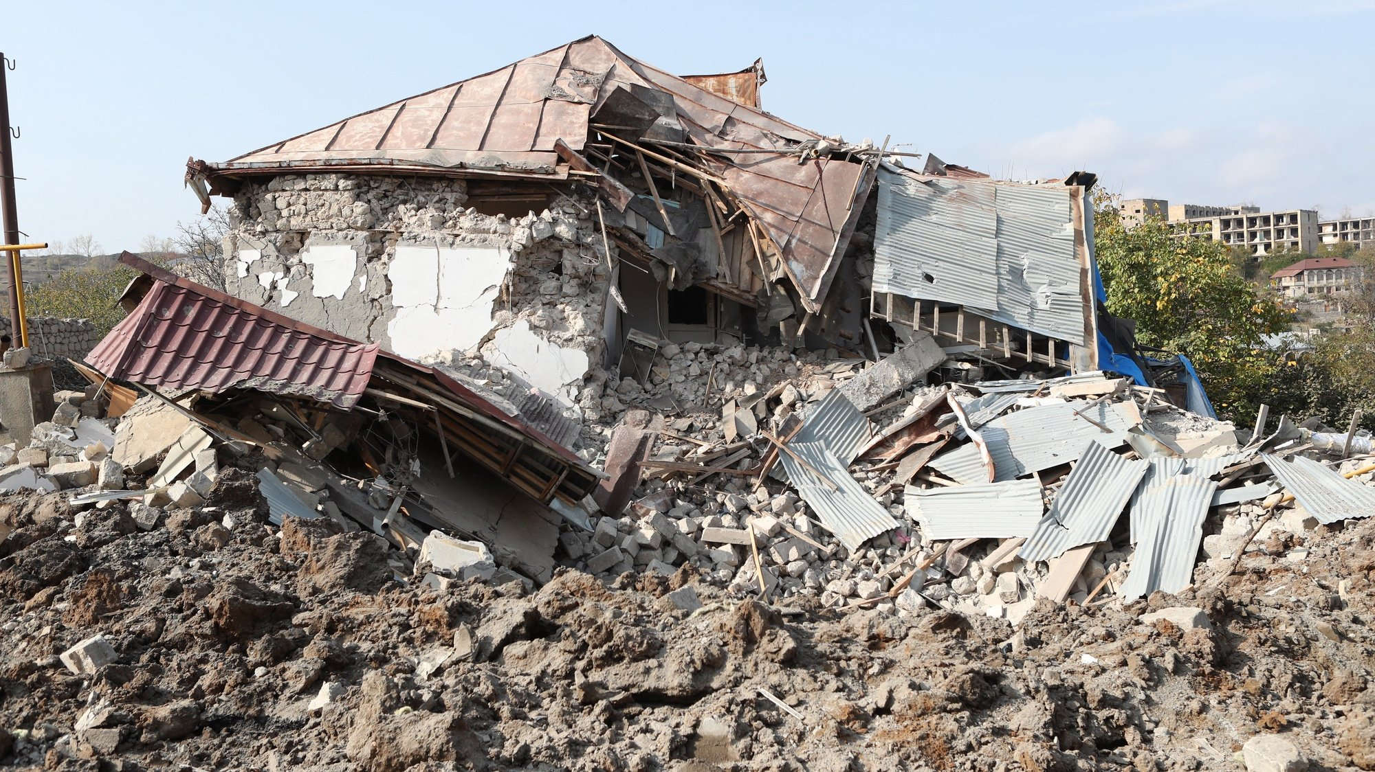 epa08780639 A view of house destroyed by allegedly Azerbaijani shelling in the town of Shushi  (another spelling Shusha) in Nagorno-Karabakh, 28 October 2020. Armed clashes erupted on 27 September 2020 in the simmering territorial conflict between Azerbaijan and Armenia over the Nagorno-Karabakh territory along the contact line of the self-proclaimed Nagorno-Karabakh Republic (also known as Artsakh).  EPA/HAYK BAGHDASARYAN /PHOTOLURE
