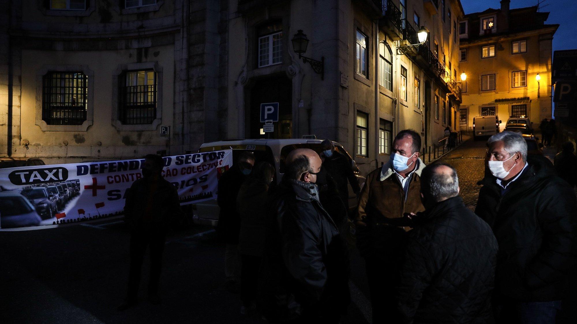Taxistas participam numa vigília promovida pela Fectrans - Federação dos Sindicatos dos Transportes e Comunicações, pela defesa do setor dos transportes, frente ao Ministério do Ambiente, em Lisboa, 18 de dezembro de 2020. MÁRIO CRUZ/LUSA