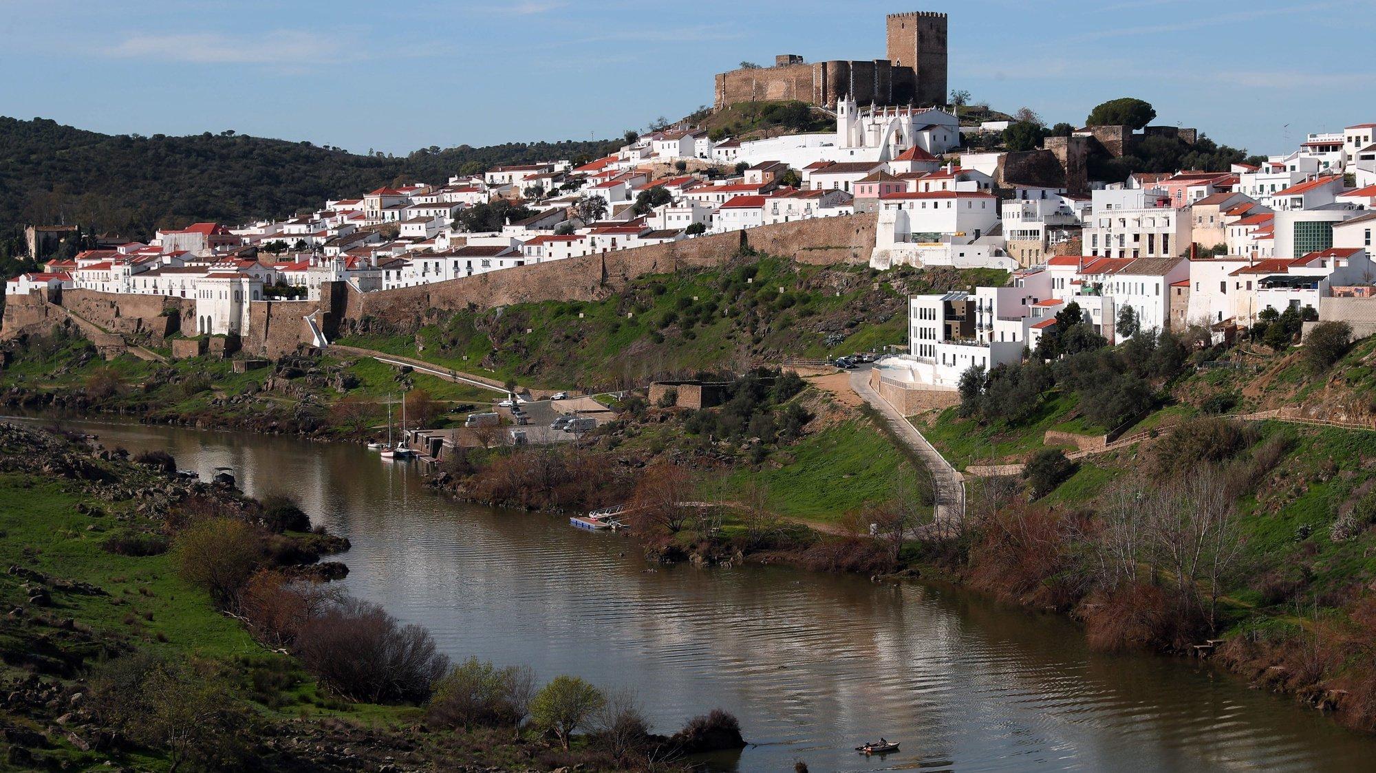 Um pescador no rio Guadiana, junto à vila alentejana de Mértola, a partir de onde a Associação de Defesa do Património de Mértola (ADPM)coordena o projeto Valagua - Valorização Ambiental e Gestão Integrada da Água e dos Habitats no Baixo Guadiana Transfronteiriço, em curso desde 2015 e cofinanciado pelo programa de fundos comunitários Interreg Espanha-Portugal., Mértola, 05 de janeiro de 2020.  (ACOMPANHA TEXTO DE 08 FEVEREIRO 2020).  NUNO VEIGA/LUSA