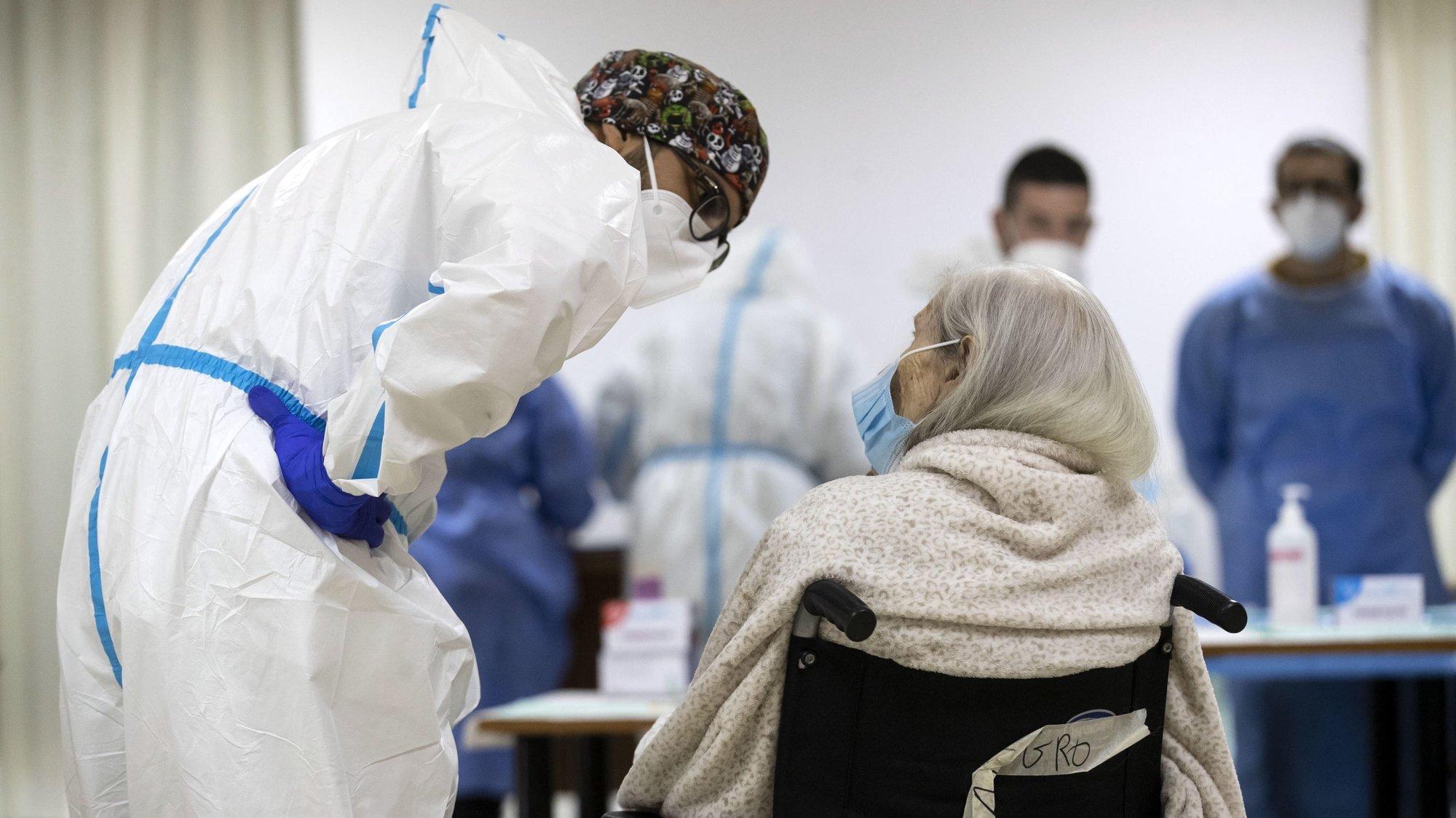 epa08926584 Vaccination against Covid-19 at 'Anni Azzurri' nursing home in Rome, Italy, 08 January 2021.  EPA/ANSA/MASSIMO PERCOSSI