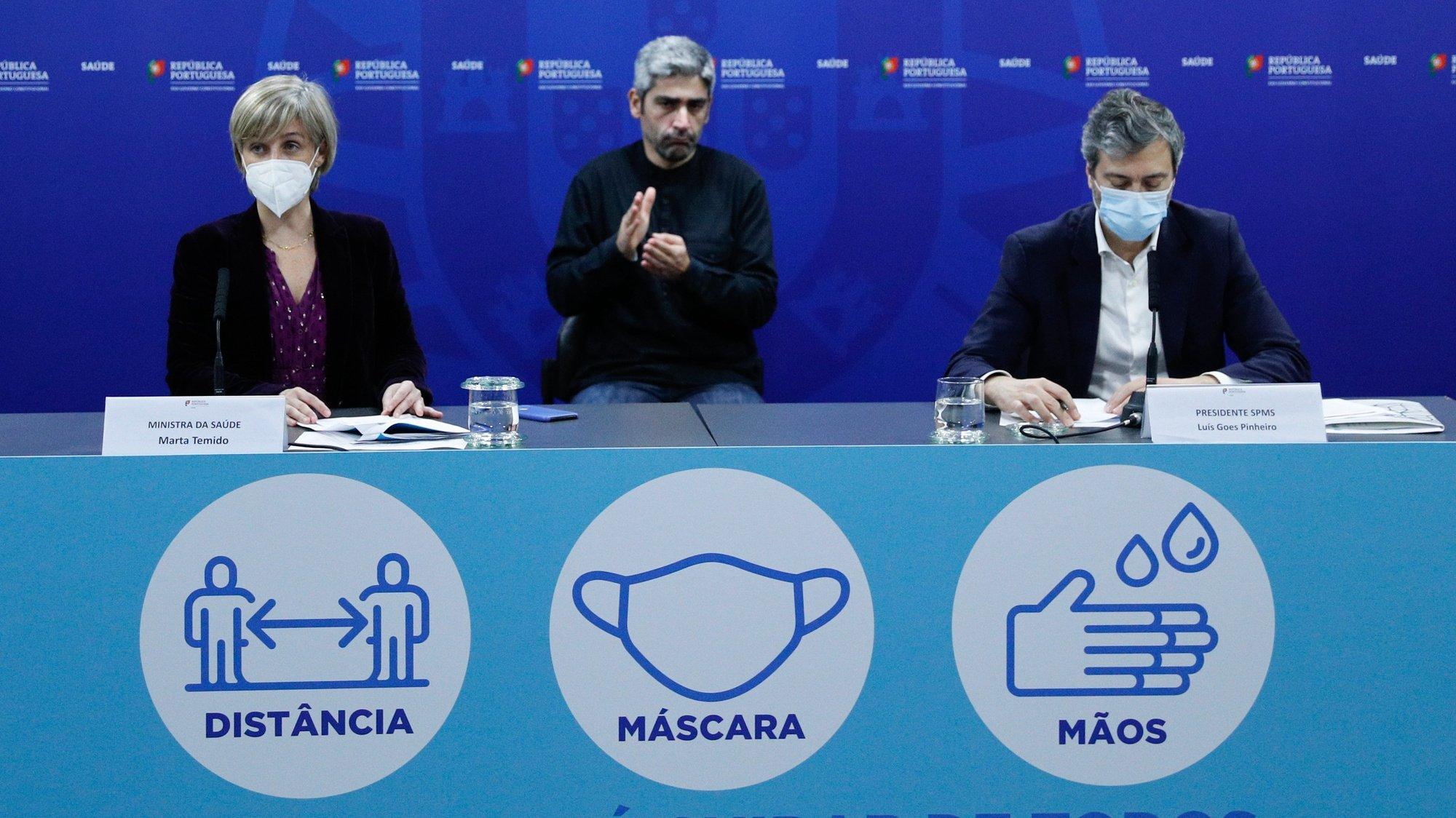 A ministra da Saúde, Marta Temido (E), acompanhada pelo presidente dos Serviços Partilhados do Ministério da Saúde (SPMS), Luís Goes Pinheiro (D), durante a conferência de imprensa para fazer um breve balanço do ponto da situação sobre o Plano de Vacinação contra a covid-19, na sequência da reunião desta manhã com a Task Force, no Ministério da Saúde, em Lisboa, 01 de fevereiro de 2021. Portugal regista até ao momento 12. 757 mortes associadas à covid-19, e 726. 321 infetados segundo o boletim epidemiológico divulgado pela Direção-Geral da Saúde (DGS). ANTÓNIO COTRIM/POOL/LUSA