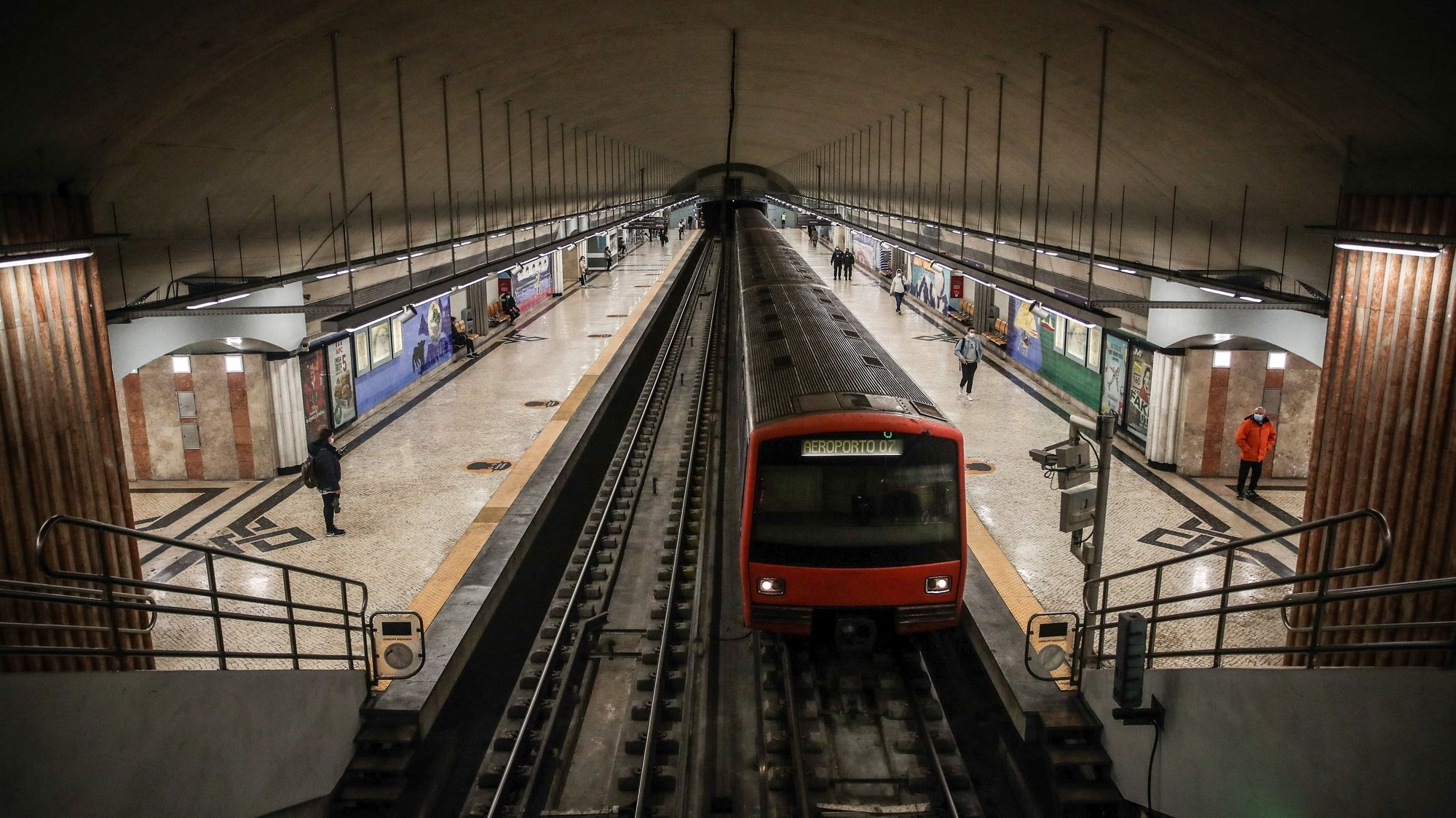 Estação do Metro dos Olivais depois das obras de requalificação e onde já existe a funcionalidade de pagamentos sem contacto nas máquinas automáticas de venda de títulos da rede do Metropolitano de Lisboa, em Lisboa, 4 de novembro de 2020. MÁRIO CRUZ/LUSA