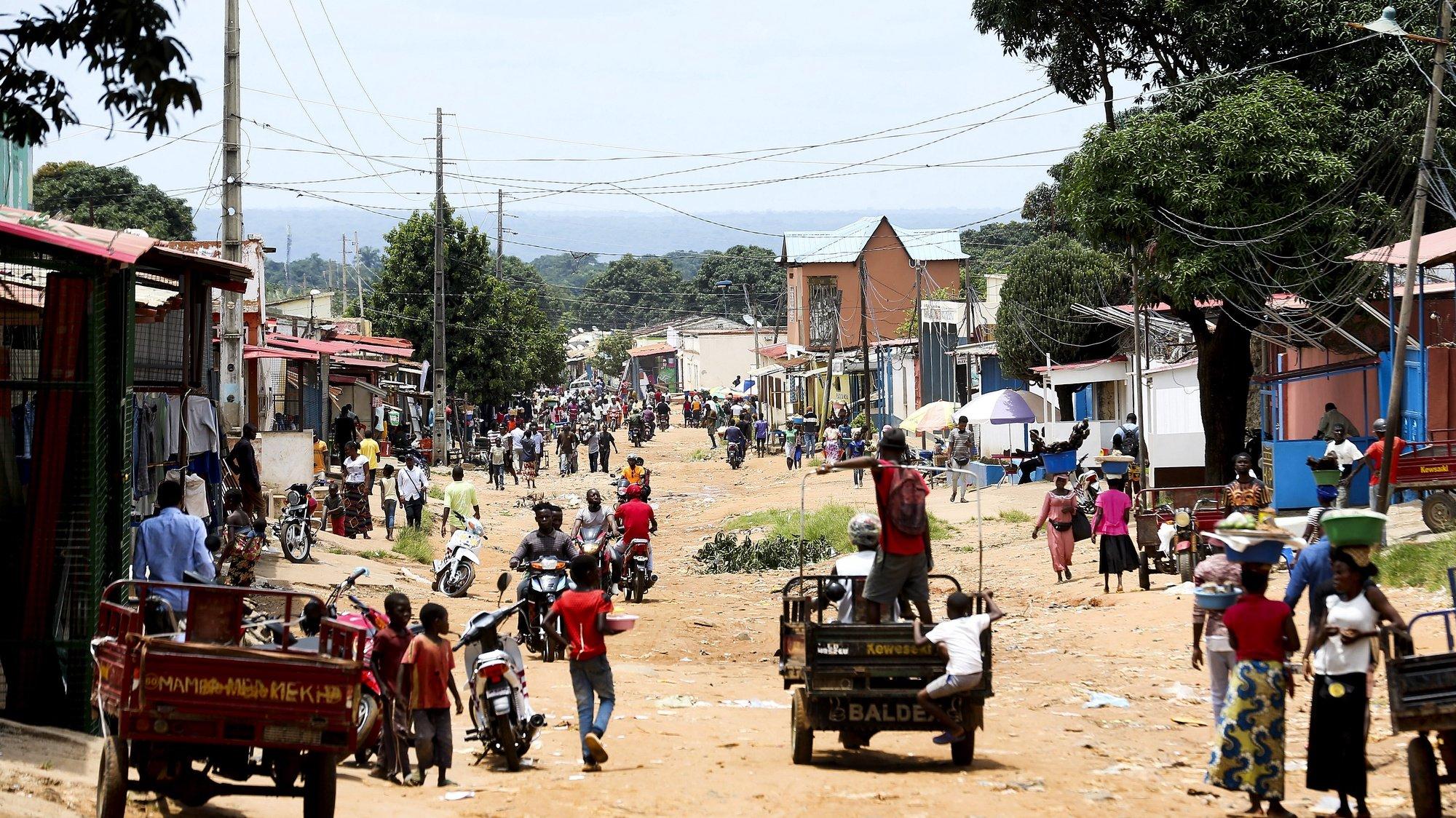 Quatro dias depois dos incidentes em que vários dos seus filhos perderam a vida, Cafunfo chora os mortos, procurando ainda os corpos das vítimas, e lamenta a perda das vidas de inocentes, Cafunfo, Cuango, Lunda Norte, Angola, 3 de fevereiro de 2021. Testemunhas ouvidas pela Lusa contam mais de 20 mortos durante os incidentes ocorridos sábado na vila mineira da Lunda Norte. (ACOMPANHA TEXTO DE 04/02/2021) AMPE ROGÉRIO/LUSA