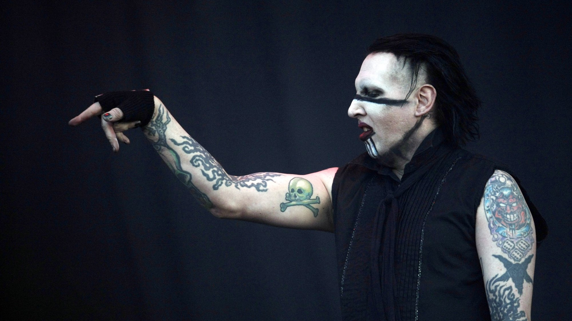 epa08984547 (FILE) - US singer Marilyn Manson performs  in concert during the Maquinaria Music Festival at the Vizcachas in Santiago, Chile, 10 November 2012 (reissued 03 February 2021). US actress Evan Rachel Wood has accused Manson of abuse, a claim the artist denied as 'horrible distortions of reality'.  EPA/MARIO RUIZ *** Local Caption *** 50591733