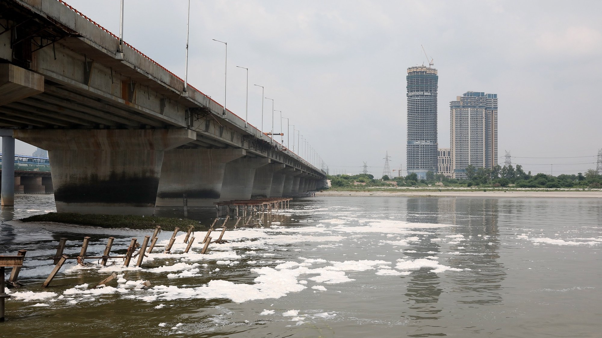 epa08589739 A general view of polluted Yamuna river that is covered with toxic foam caused by industrial waste in New Delhi, India, 07 August 2020. According to the news reports pollution returns to the river Yamuna after governments allowed relaxation in two months lockdown that was to prevent the spread of coronavirus and Covid 19.  EPA/HARISH TYAGI