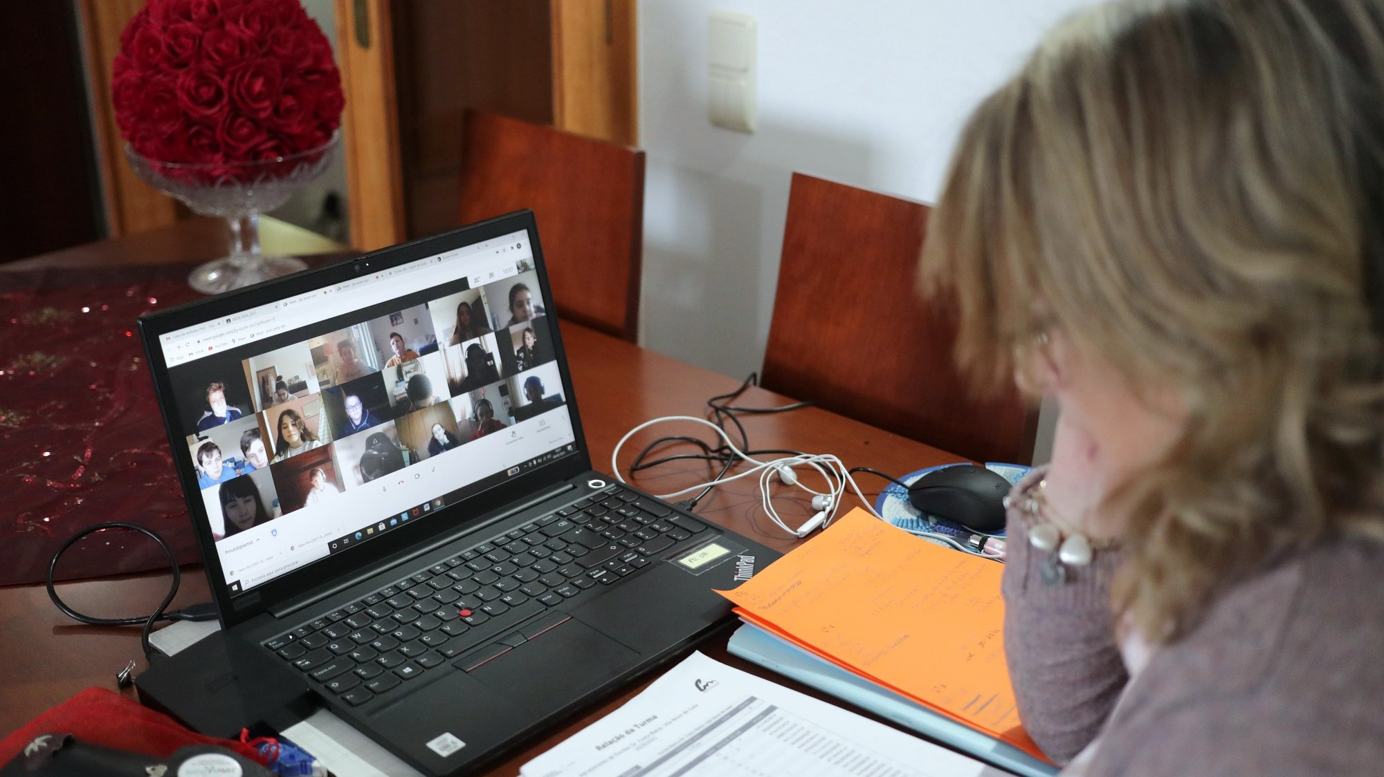 A professora Rita Pinheiro, de 49 anos, dá uma aula de ciências da natureza aos seus alunos do 6.º ano a partir da sala de sua casa em Vila Nova de Gaia, 08 fevereiro 2021. (ACOMPANHA TEXTO DA LUSA). ESTELA SILVA/LUSA