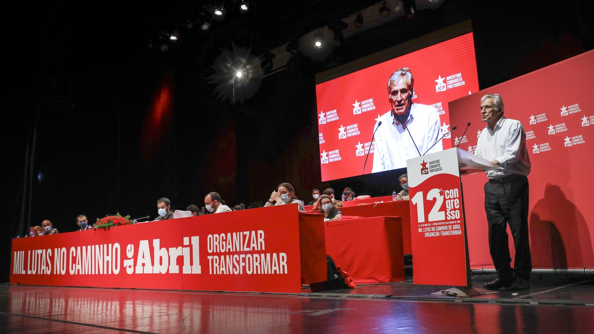 O secretário-geral do Partido Comunista Português (PCP), Jerónimo de Sousa (D), intervém no encerramento do 12.º congresso da Juventude Comunista Portuguesa, esta tarde em Vila Franca de Xira, 16 de maio de 2021. MIGUEL A. LOPES/LUSA