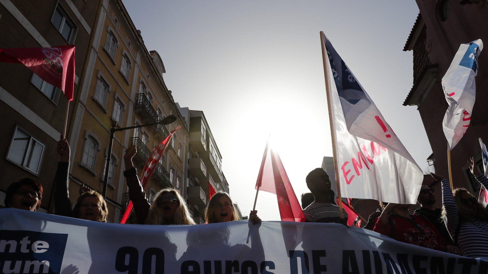 Delegados sindicais da Frente Comum gritam palavras de ordem durante o plenário onde foi anunciado uma greve geral da função pública em frente à residência oficial de São Bento em Lisboa, 28 de fevereiro de 2020. TIAGO PETINGA/LUSA