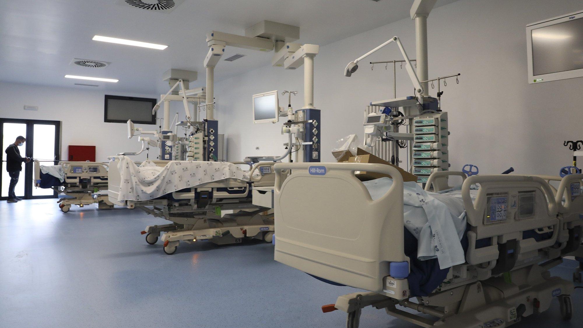 A maior unidade de cuidados intensivos do país é inaugurada hoje no Hospital Santa Maria, em Lisboa, um investimento de 3,4 milhões que vai permitir dar resposta a mais doentes críticos, com melhores condições de atendimento, Lisboa, 18 de maio de 2021. Além do crescimento físico, o Serviço de Medicina Intensiva passa a estar também equipado com inovações tecnológicas que permitem a gestão em rede de todos os equipamentos e a análise mais eficiente dos dados para tratamento e investigação clínica. (ACOMPANHA TEXTO DO DIA 21 DE MAIO DE 2021) JOÃO RELVAS/LUSA