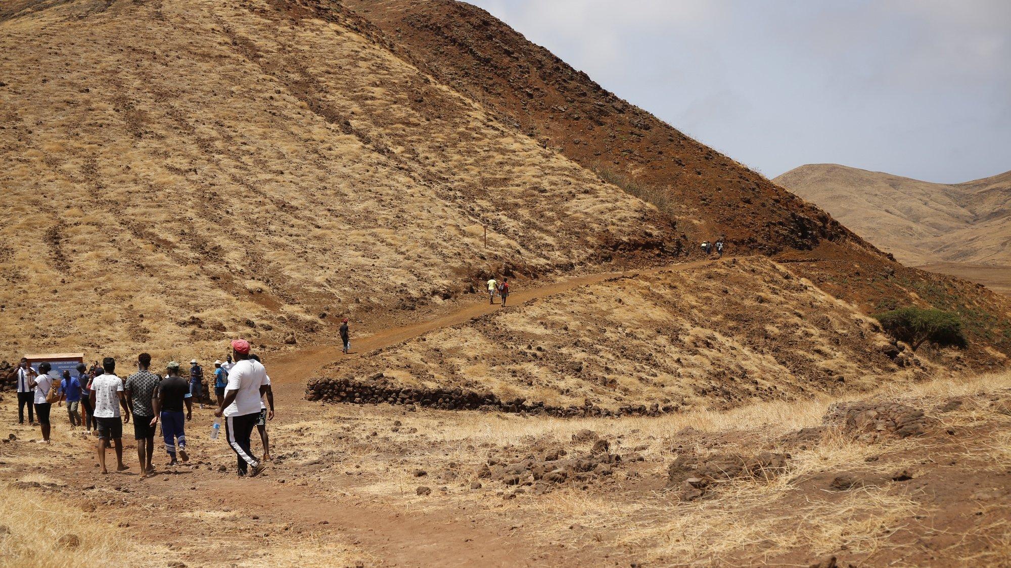 Caminheiros percorrem o novo troço de 2.800 metros da Rota Pedestre, entre a Baía do Inferno e Monte Angra, que sobe a antigo vulcão, e quer atrair turismo de caminhadas para ilha cabo-verdiana de Santiago, Cabo Verde, 29 de maio de 2021. O percurso, panorâmico e que oferece a vista para a ilha do Fogo, inserido na maior falésia costeira de Cabo Verde e uma das mais altas de todo o Atlântico Norte, conta-se em 2.800 metros, que se percorre num dia de passeio, exclusivamente a pé, mas a vista até ao cume é incontável. (ACOMPANHA TEXTO DA LUSA DO DIA 07 DE JUNHO DE 2021). FERNANDO DE PINA/LUSA