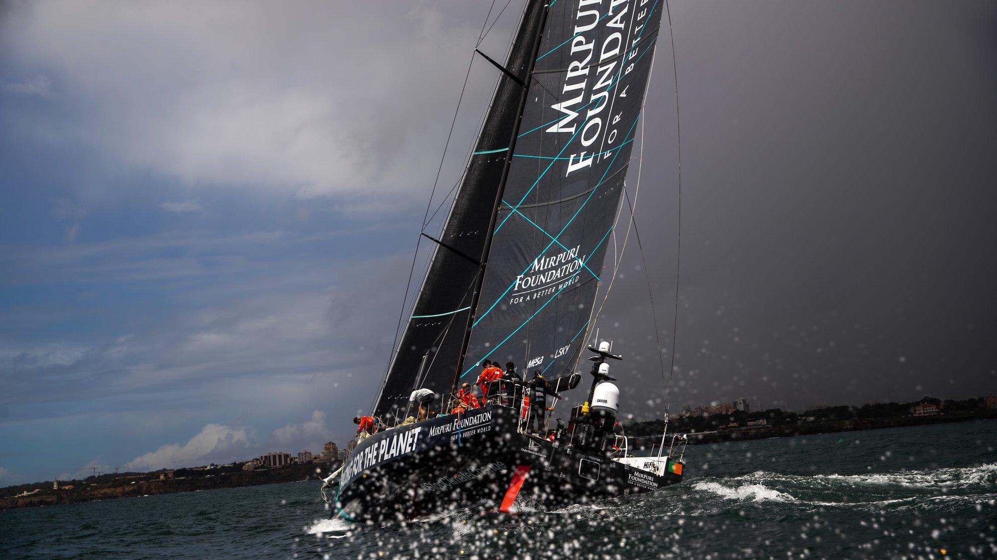 """A equipa de vela da classe VO65, Mirpuri Foundation Racing Team, durante um treino de preparação para a primeira edição da """"The Ocean Race Europe"""", que terá início a 29 de maio em Lorient, França, e terminará em Génova, Itália, ao largo de Cascais, 10 de maio de 2021. (ACOMPANHA TEXTO DA LUSA DO DIA 13 DE MAIO DE 2021). JOSE SENA GOULAO/LUSA"""