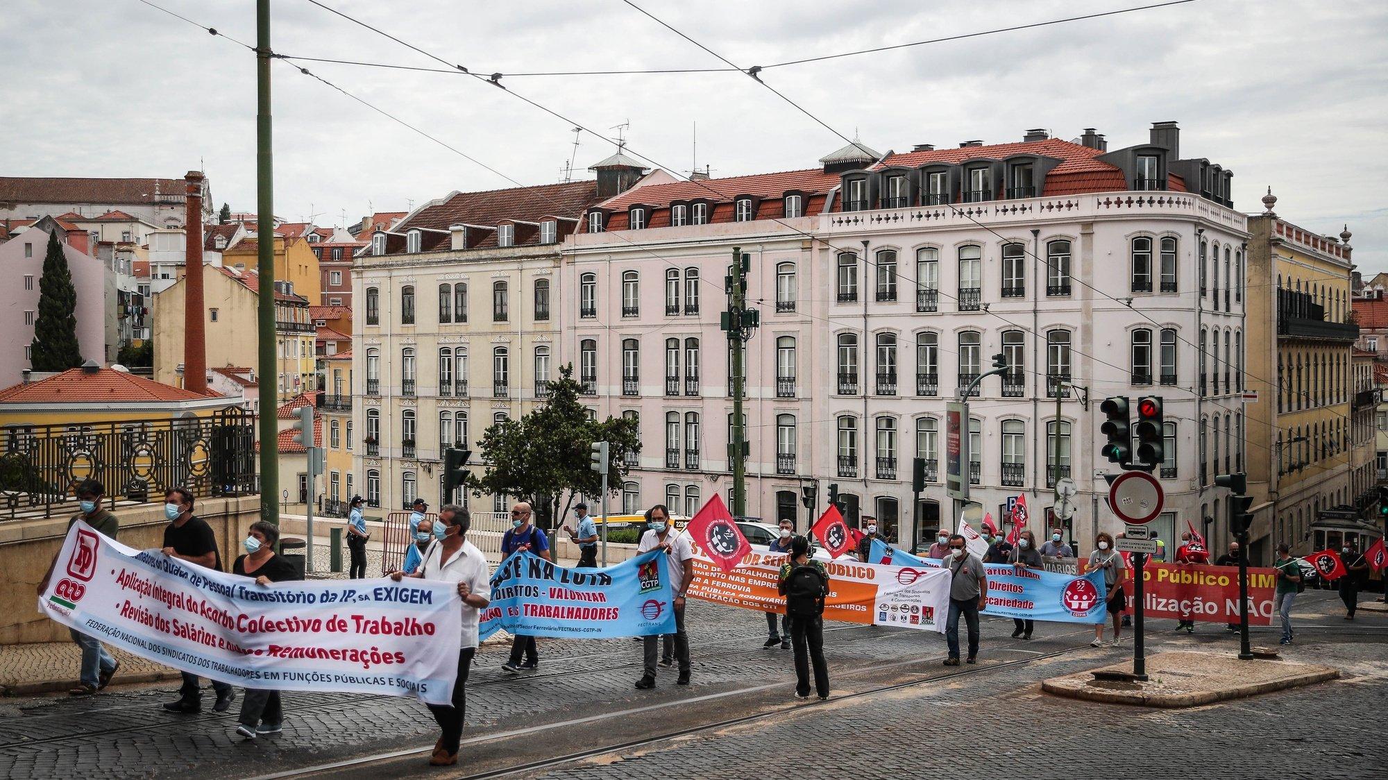 """Trabalhadores do setor ferroviário participam numa manifestação para reinvindicar """"um aumento geral dos salários urgente"""", em Lisboa, 6 de julho de 2021. O protesto junta trabalhadores da CP, IP-Infraestruturas, IP-Telecom, IP-Engenharia e IP-Património. MÁRIO CRUZ/LUSA"""