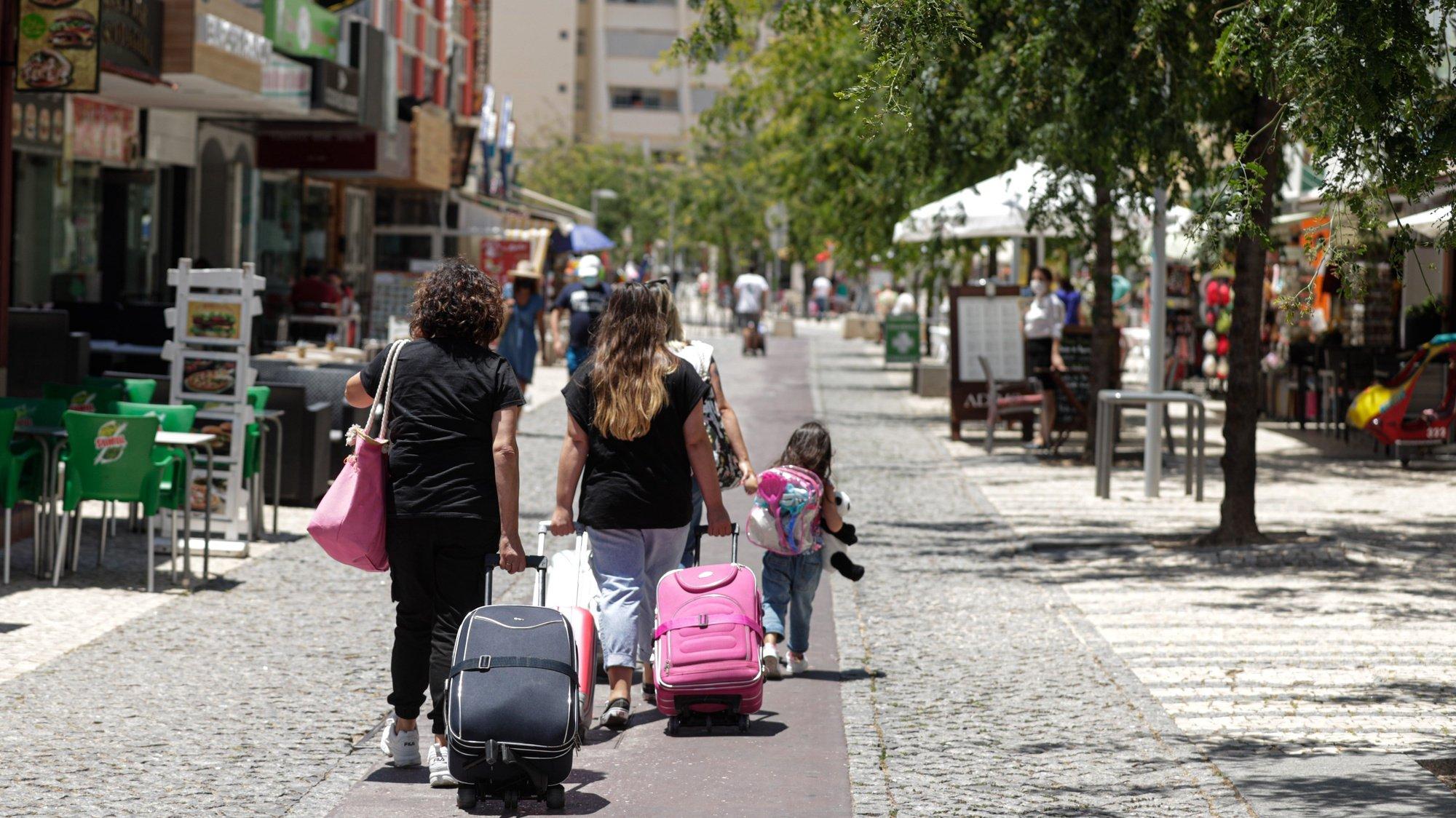 Falta de turistas na praia da Rocha devido à pandemia de covid-19 leva ao desespero de muitos comerciantes, que são obrigados a fecharem as portas por falta de clientes, em Portimão, 24 de junho de 2021. (ACOMPANHA TEXTO DA LUSA DO DIA 27 DE JUNHO DE 2021). LUÍS FORRA/LUSA