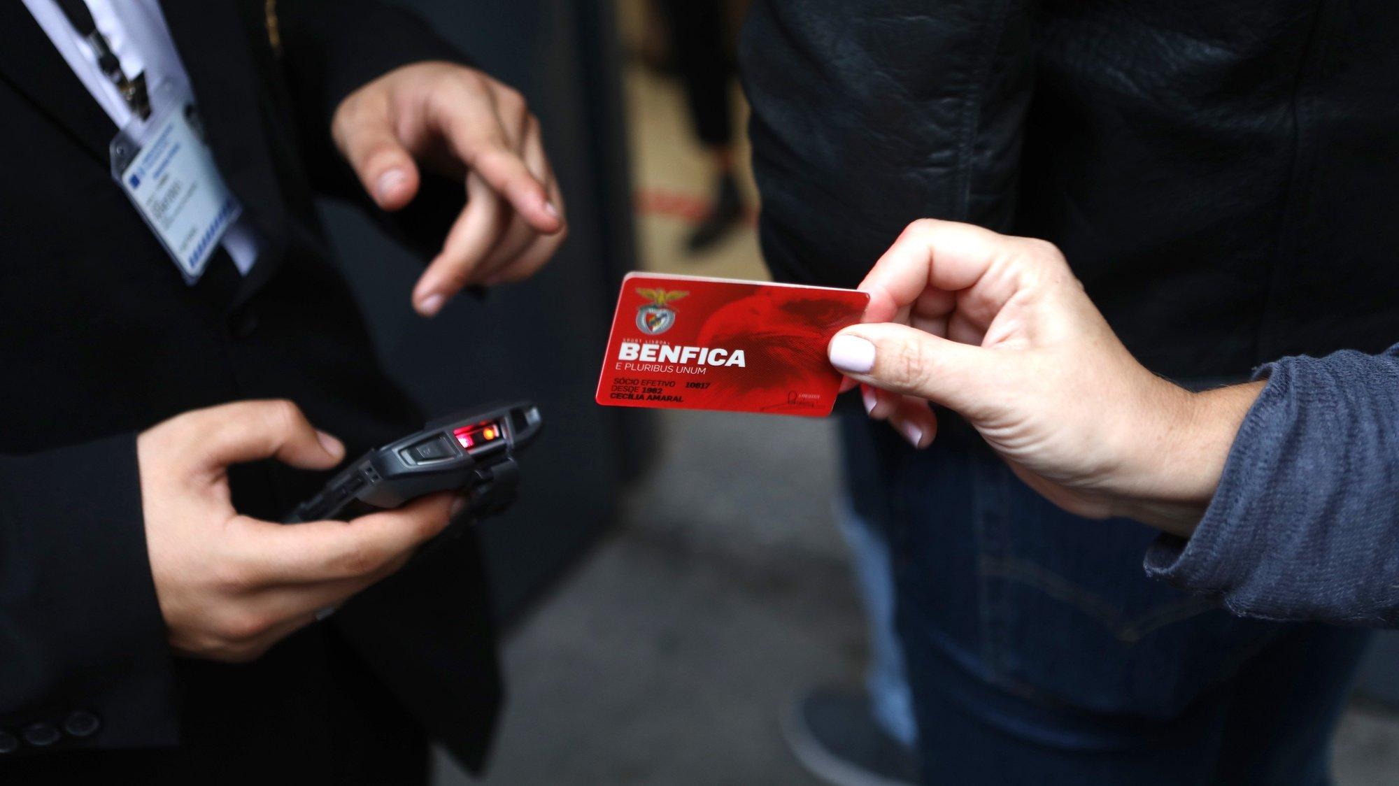 Um sócio do Sport Lisboa Benfica identifica-se durante a votação para a eleição dos orgãos sociais do clube, no Estádio da Luz, em Lisboa, 28 de outubro de 2020. ANTÓNIO PEDRO SANTOS/LUSA