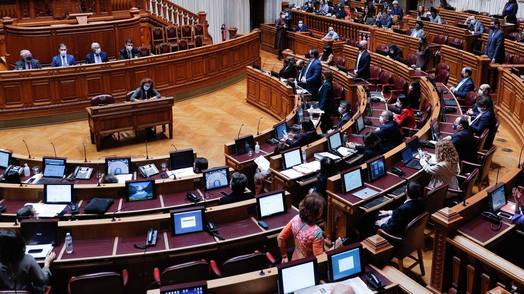 Deputados do Partido Comunista Português (PCP) votam contra o pedido de autorização de renovação do estado de emergência na Assembleia da República, em Lisboa, 20 de novembro de 2020. ANTÓNIO COTRIM/LUSA