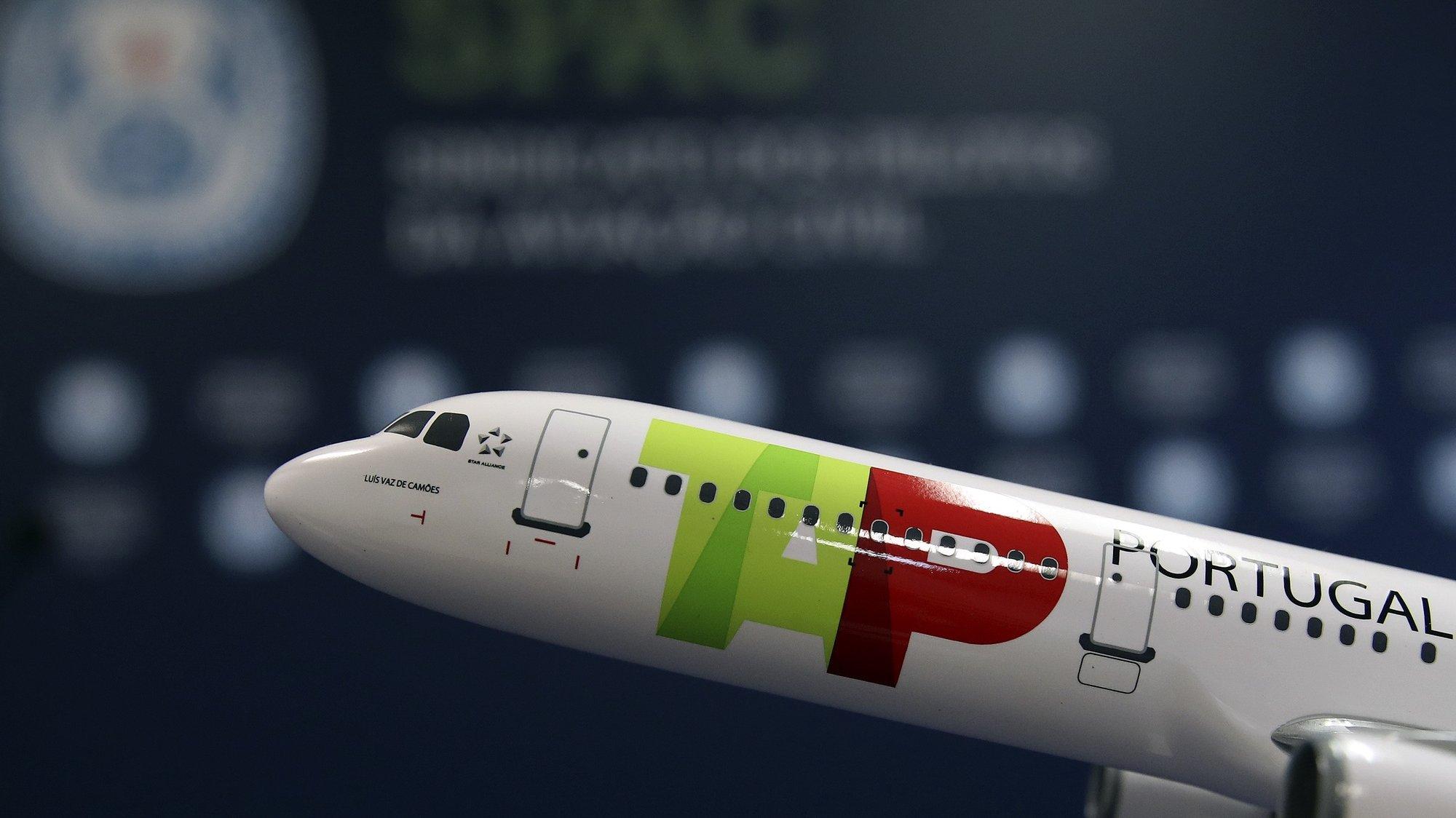 """Uma miniatura de um avião da TAP durante a conferência de imprensa do presidente do Sindicato dos Pilotos da Aviação Civil (SPAC), Alfredo Mendonça (ausente da fotografia), na sede do SPAC, em Lisboa, 11 de dezembro de 2020. O SPAC e o Sindicato Nacional do Pessoal de Voo da Aviação Civil (SNPVAC) apelaram ao Governo que negoceie com Bruxelas o adiamento da apresentação do plano de reestruturação da TAP, denunciando que este está baseado em previsões de mercado """"completamente desatualizadas"""". MANUEL DE ALMEIDA/LUSA"""