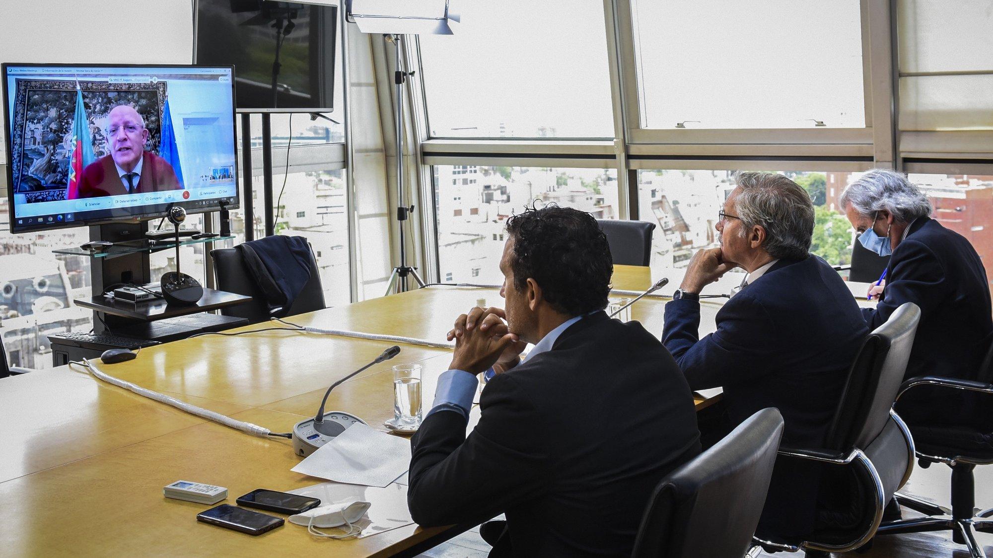 """Os ministros dos Negócios Estrangeiros de Portugal e Argentina, Augusto Santos Silva (E), e Felipe Solá (2D), durante uma reunião por videoconferência onde a Argentina pediu que Portugal, na Presidência da União Europeia, considere as Malvinas como """"zona de litígio"""" nas negociações com o Reino Unido, Buenos Aires, Argentina, 18 de dezembro de 2020. As ilhas Malvinas, sob domínio britânico desde a ocupação em 1833, têm a sua soberania reivindicada pela Argentina. MÁRCIO RESENDE/LUSA"""