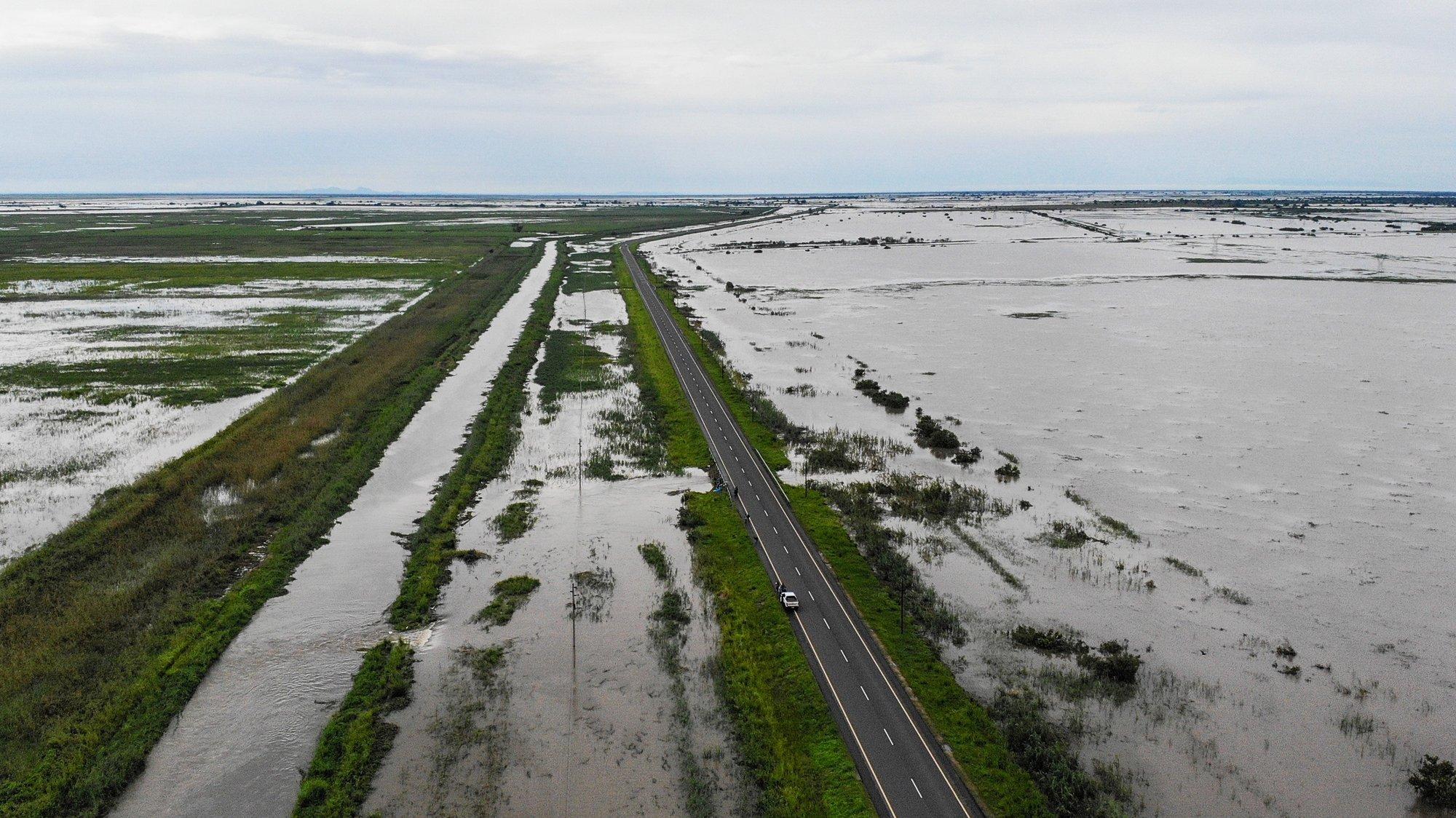 Imagem aérea obtida por um drone da estrada que liga a cidade da Beira a Nhamatanda, inundada devido à passagem do ciclone Eloise, Moçambique, 21 de janeiro de 2021. RICARDO FRANCO/LUSA