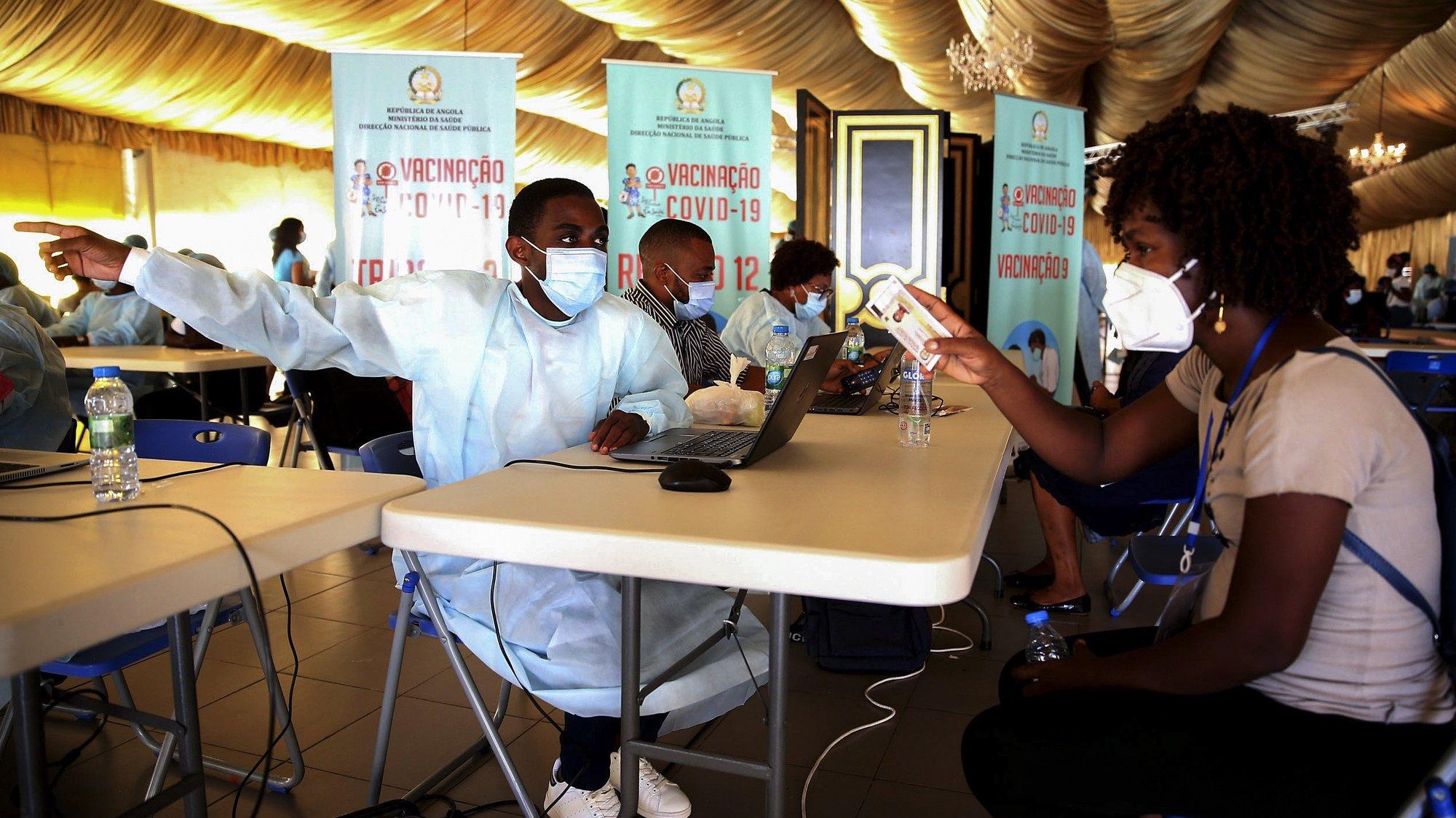 Campanha de vacinação no centro Paz Flor, em Luanda, Angola, 12 de maio de 2021. Angola registou até à presente data 29.146 casos positivos de covid-19, dos quais 639 óbitos, com 25.145 recuperados, estando ativos 3.362. AMPE ROGÉRIO/LUSA