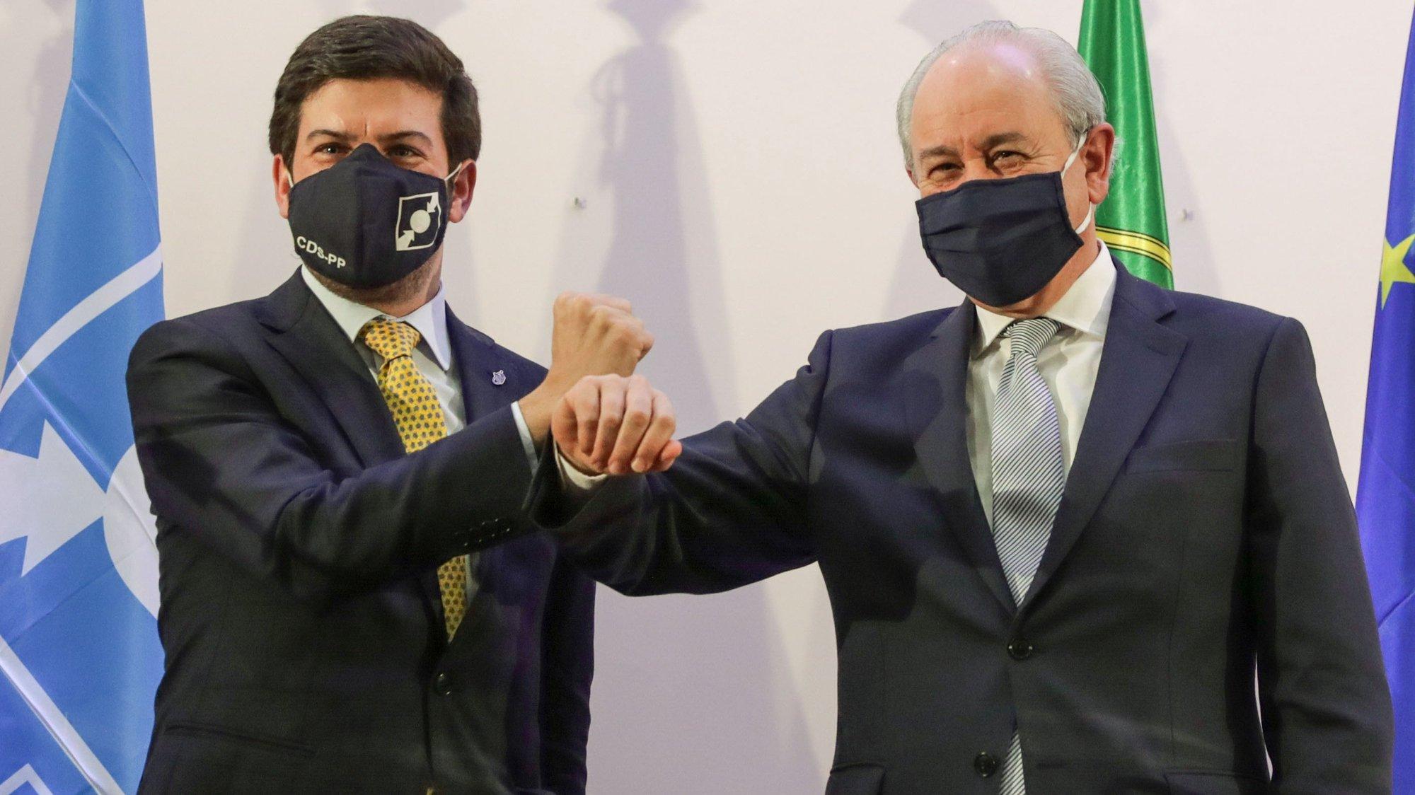 O Presidente do Partido Social-Democrata (PSD) Rui Rio (R) e o Presidente do CDS/PP, Francisco Rodrigues dos Santos (E), cumprimentam-se após a assinatura do acordo quadro para as eleições autárquicas, num hotel de Lisboa, 16 de novembro de 2020. TIAGO PETINGA/LUSA