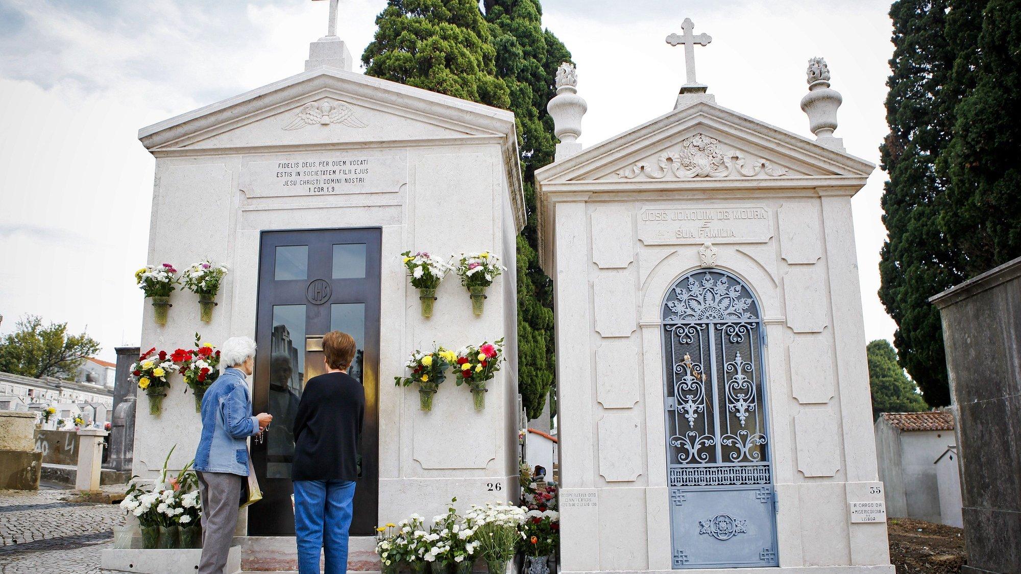 Duas senhoras rezam junto ao túmulo do Padre Cruz no cemitério de Benfica, esta manhã, em Lisboa, 31 outubro 2011. (ACOMPANHA TEXTO) JOSÉ SENA GOULÃO/LUSA