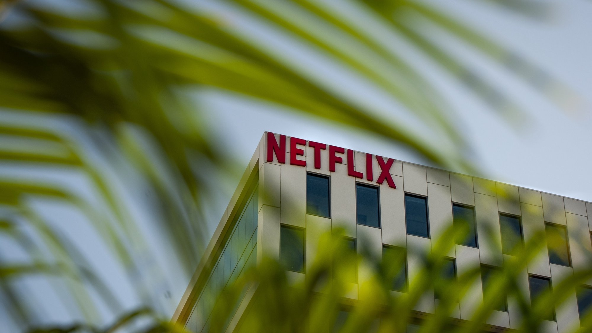 epa08945688 (FILE) - A Netflix logo hangs on the company's headquarters in Los Angeles, California, USA, 18 October 2019 (reissued 18 January 2021). Netflix will publish their 4th quarter 2020 results on 19 January 2021.  EPA/CHRISTIAN MONTERROSA *** Local Caption *** 55559865