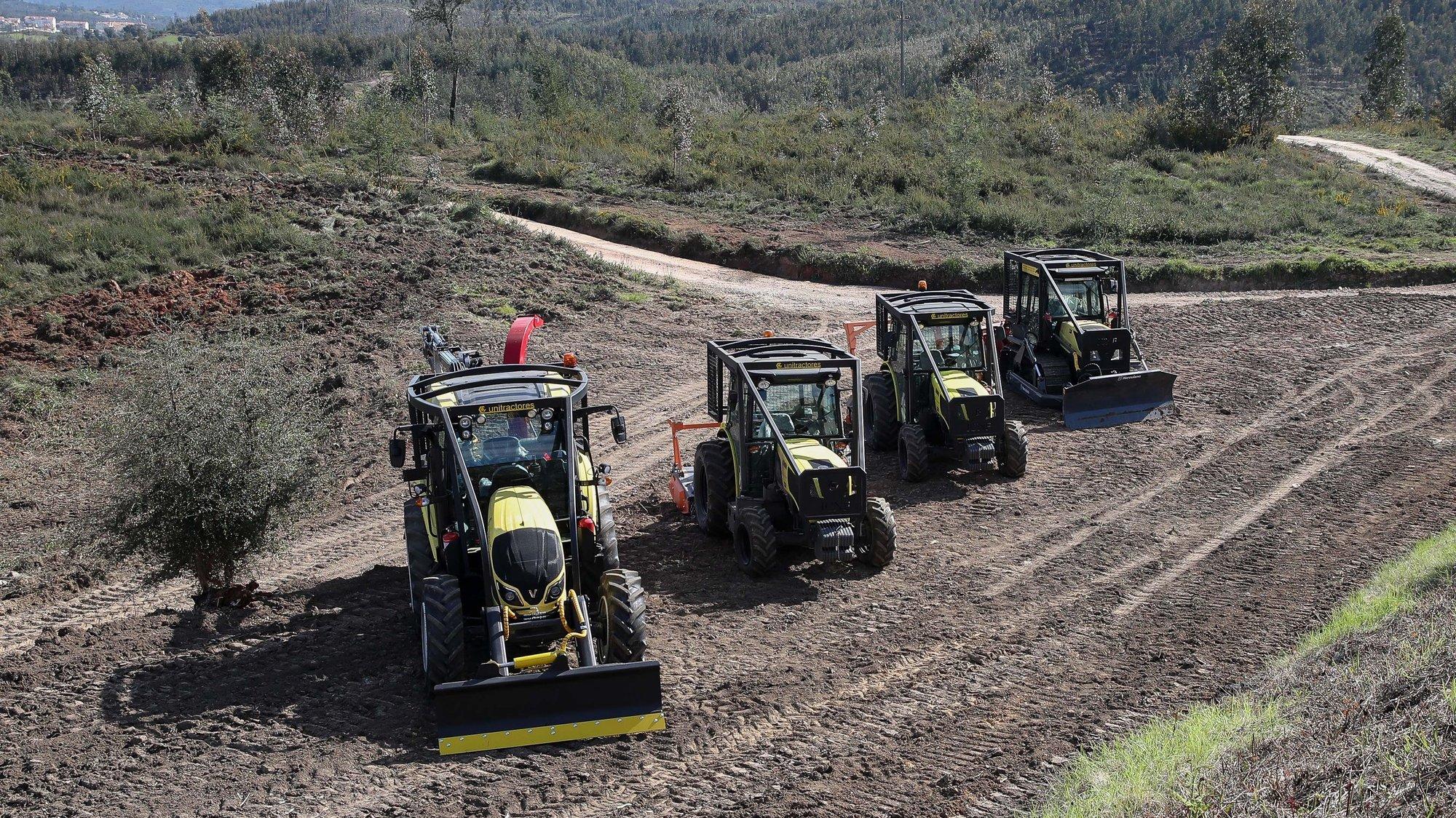 Algumas das máquinas entregues a organizações de produtores florestais durante a cerimónia de apresentação dos trabalhos de prevenção estrutural contra incêndios rurais e gestão de combustível, desenvolvidos pelo Instituto da Conservação da Natureza e das Florestas (ICNF), onde foram entregues às organizações de produtores florestais 15 veículos de maquinaria pesada para gestão de fogo rural, na Lousã, 20 de março de 2021. PAULO NOVAIS/LUSA