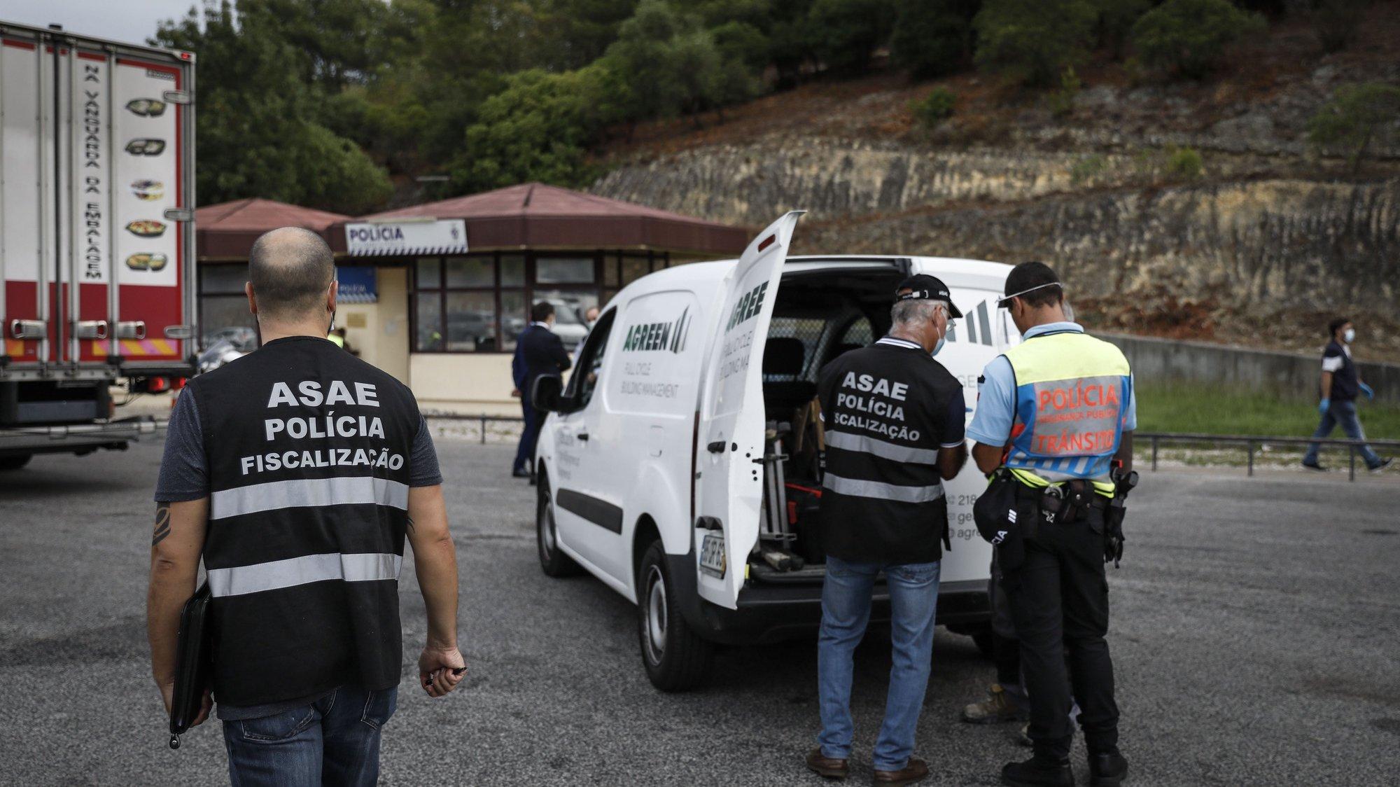 Inspetores da  ASAE e agentes da Polícia de Segurança Pública (PSP) durante uma operação de fiscalização a nível nacional, visando o controlo das condições de mercadorias em circulação (bens alimentares e não alimentares), na ponte 25 de Abril, em Lisboa, 24 de setembro de 2020. RODRIGO ANTUNES/LUSA