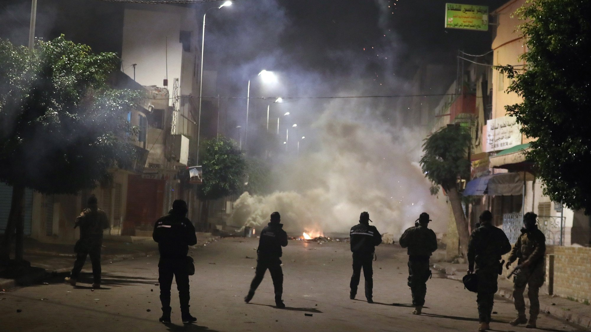 epa08950527 Security forces clash with demonstrators during anti-government protests in Tunis, Tunisia, 19 January 2021. A wave of nocturnal demonstrations has rocked the country since 16 January.  EPA/MOHAMED MESSARA